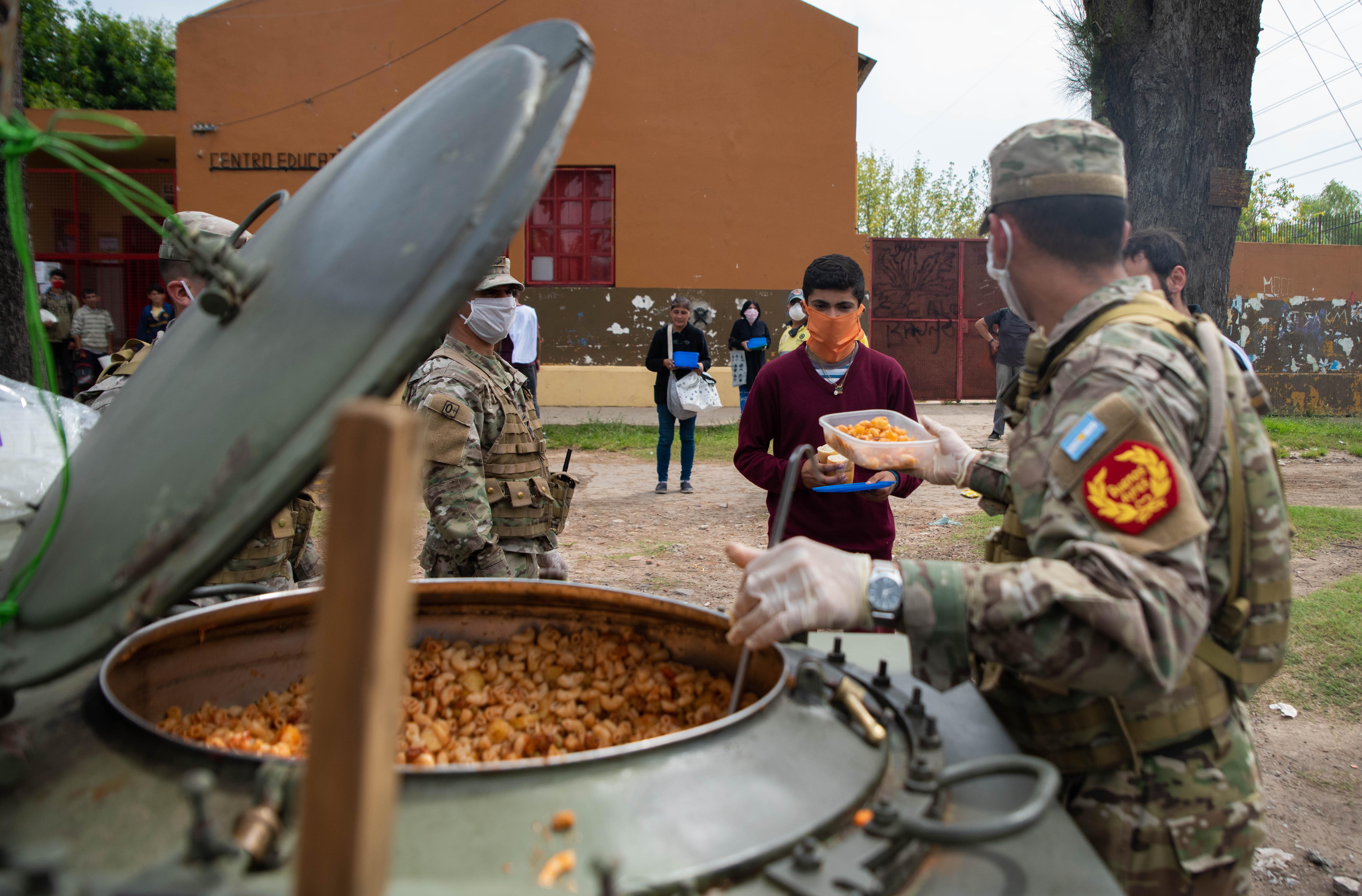 """El 25 de marzo, en una """"una operación de protección civil"""", como la denominaron, tres regimientos históricos del Ejército Argentino se encargaron de entregar alimentos en barrios populares de Quilmes, como harían en La Matanza y en provincias como Chaco. En total, las FF.AA. organizaron 14 Comandos Conjuntos para zonas de emergencia de todo el país. Al mando, en este caso, estuvo el coronel Alejandro Liberatori."""