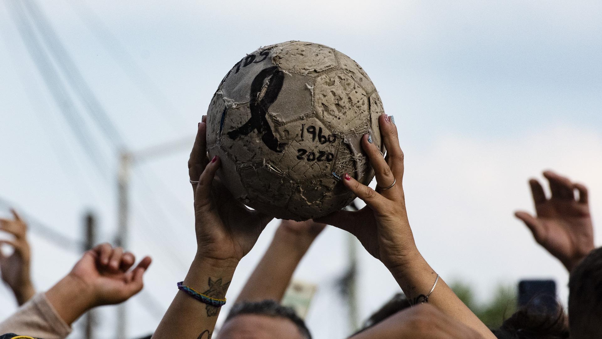 La pelota, con las fechas de nacimiento y muerte del Diez (Adrian Escandar)