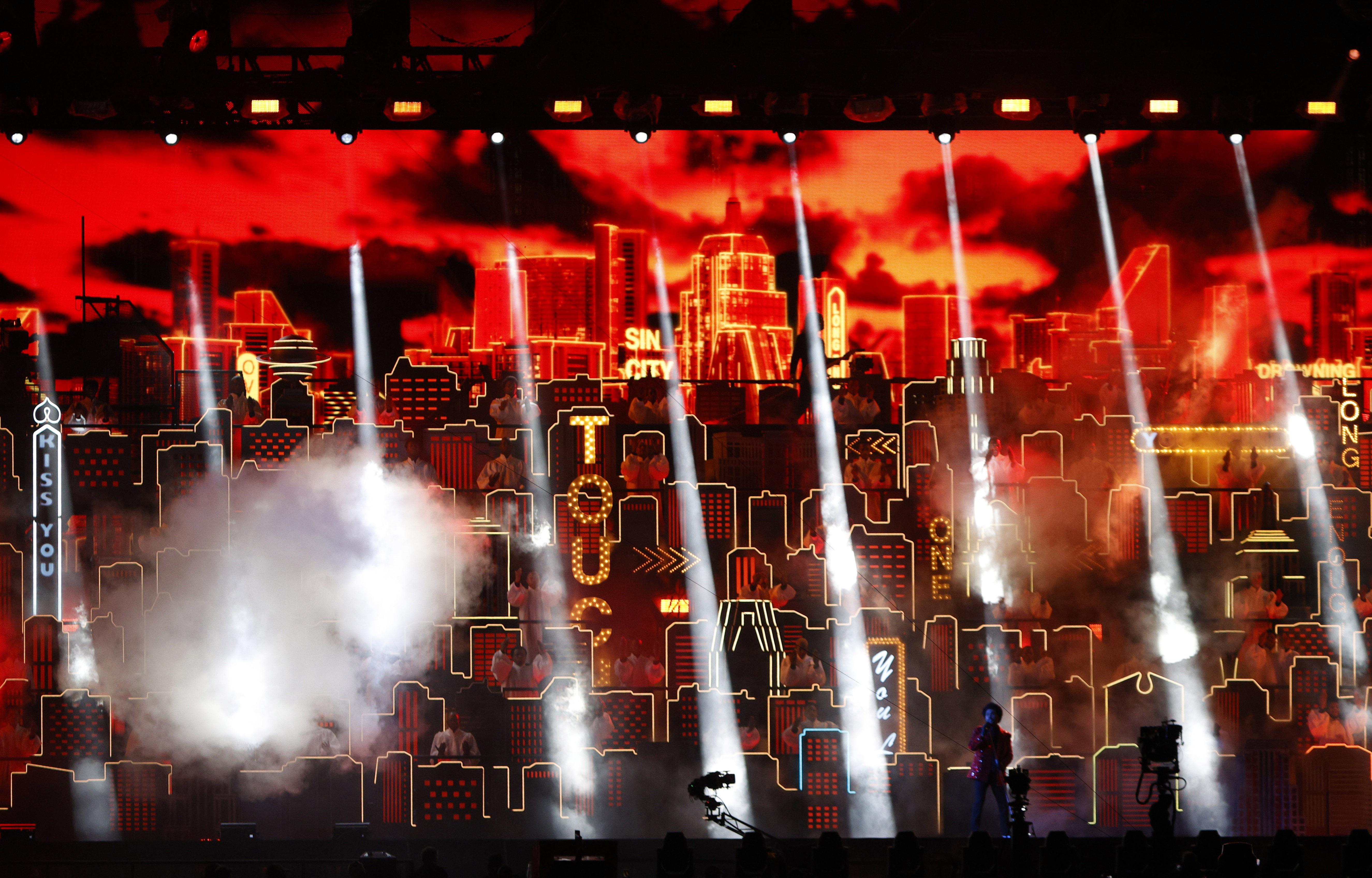 El artista inició su actuación en el escenario de una de las cabeceras