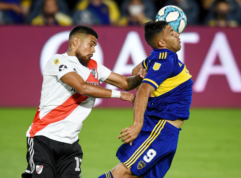Paulo Díaz marca de cerca a WEnchope Ábila. Lo perdió a los 9 minutos de juego y... Gol de boca (REUTERS/Marcelo Endelli)