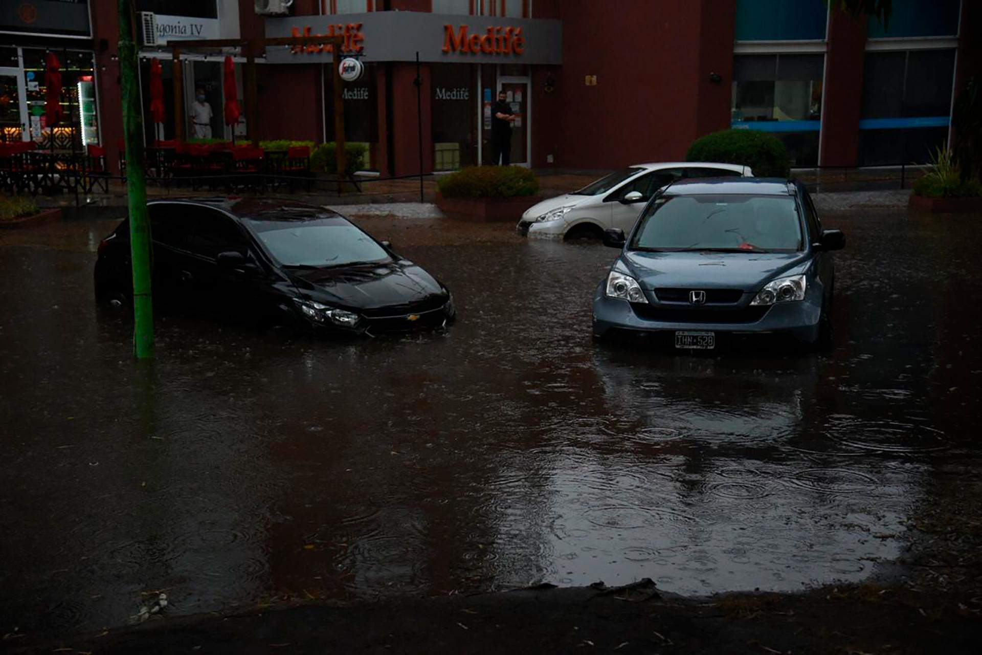 Muchas calles de la ciudad quedaron anegadas, hubo cortes de luz en los restaurantes de la avenida Bunge, que ayer miércoles no pudieron trabajar