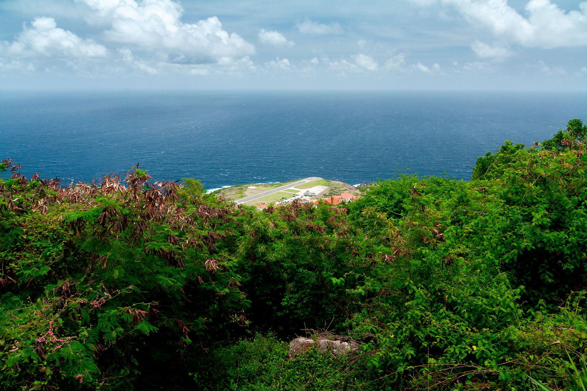 El entorno virgen y subdesarrollado de Tiny Saba lo hace memorable. Ubicado en la cadena de las Antillas Menores, al sur de St. Maarten/St. Martin, el atractivo de la isla se extiende tanto por encima como por debajo de la costa, desde la silueta irregular del monte