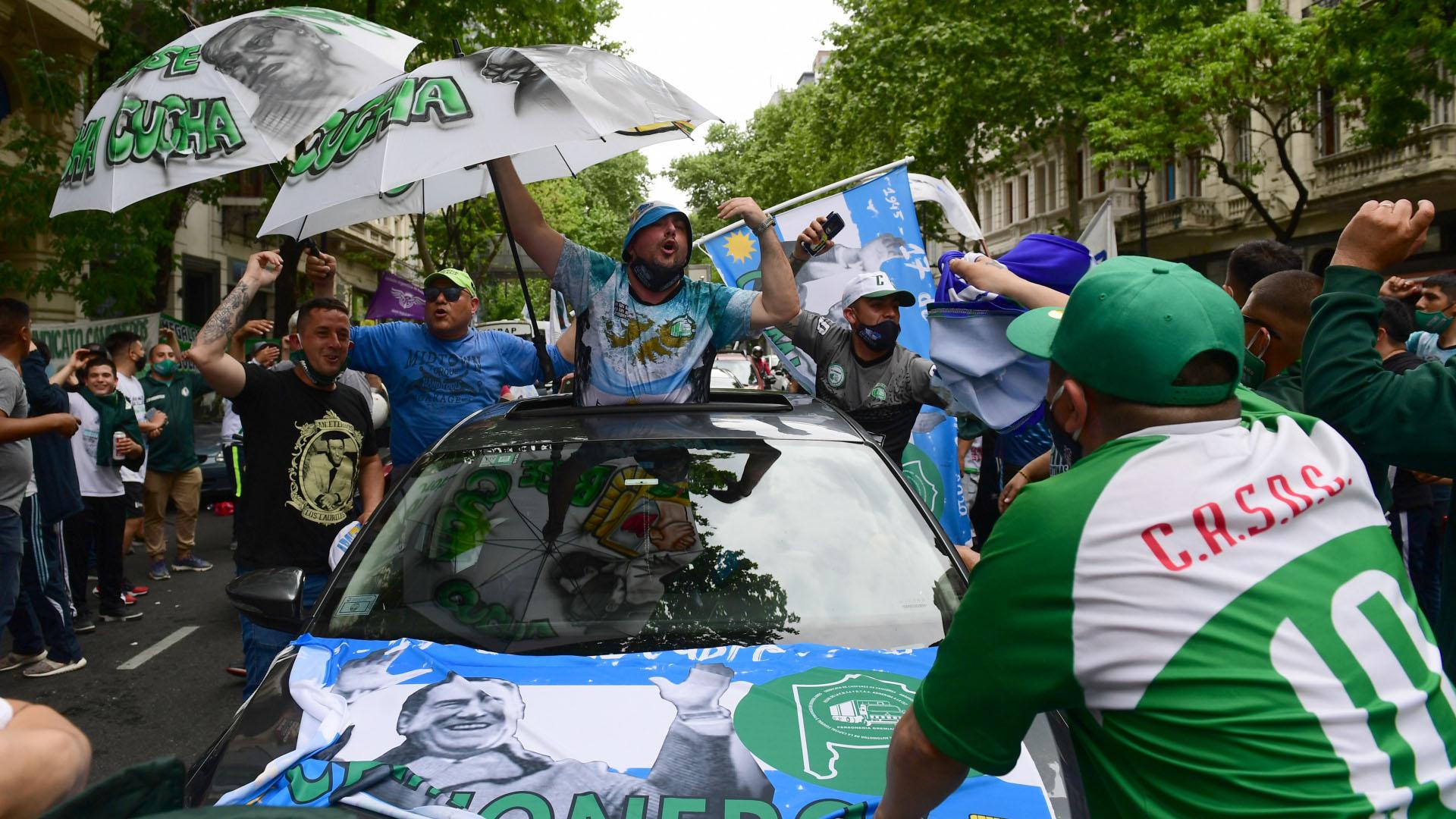 Poco después de las 11, tras el discurso de Hugo Moyano, la fila de vehículos comenzó a movilizarse