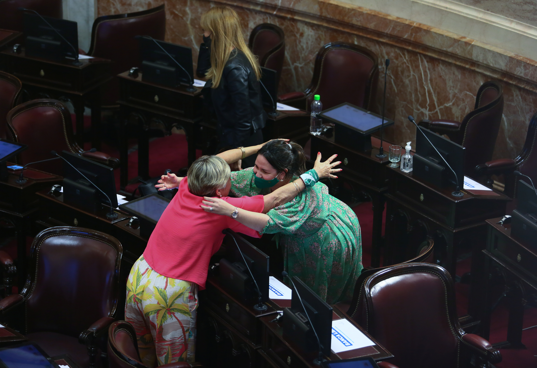 Dos senadora se abrazan tras la aprobación de la ley /REUTERS/