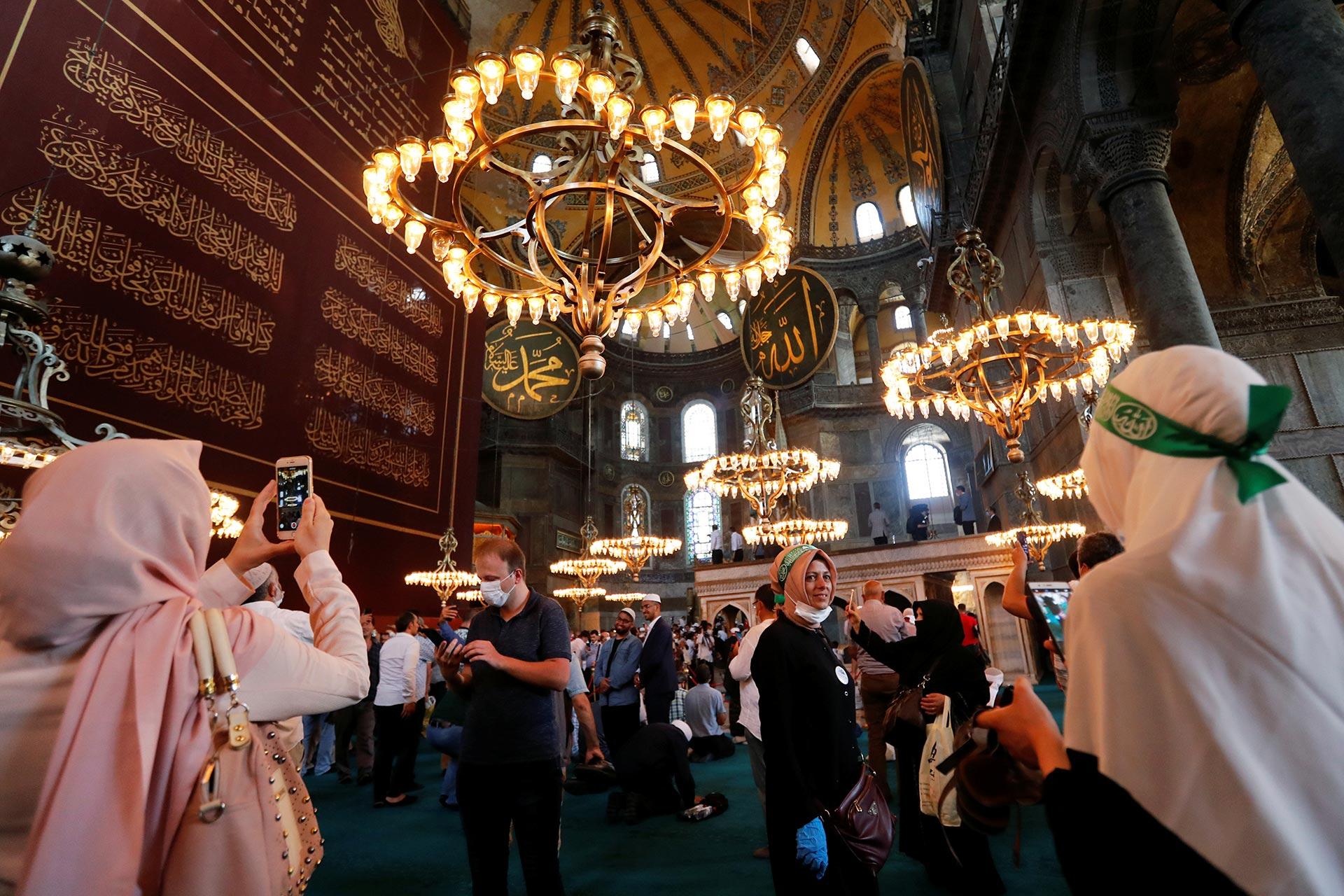 Dentro de la basílica, varias personas se dedicaron a registrar el histórico momento con sus dispositivos tecnológicos (Reuters)