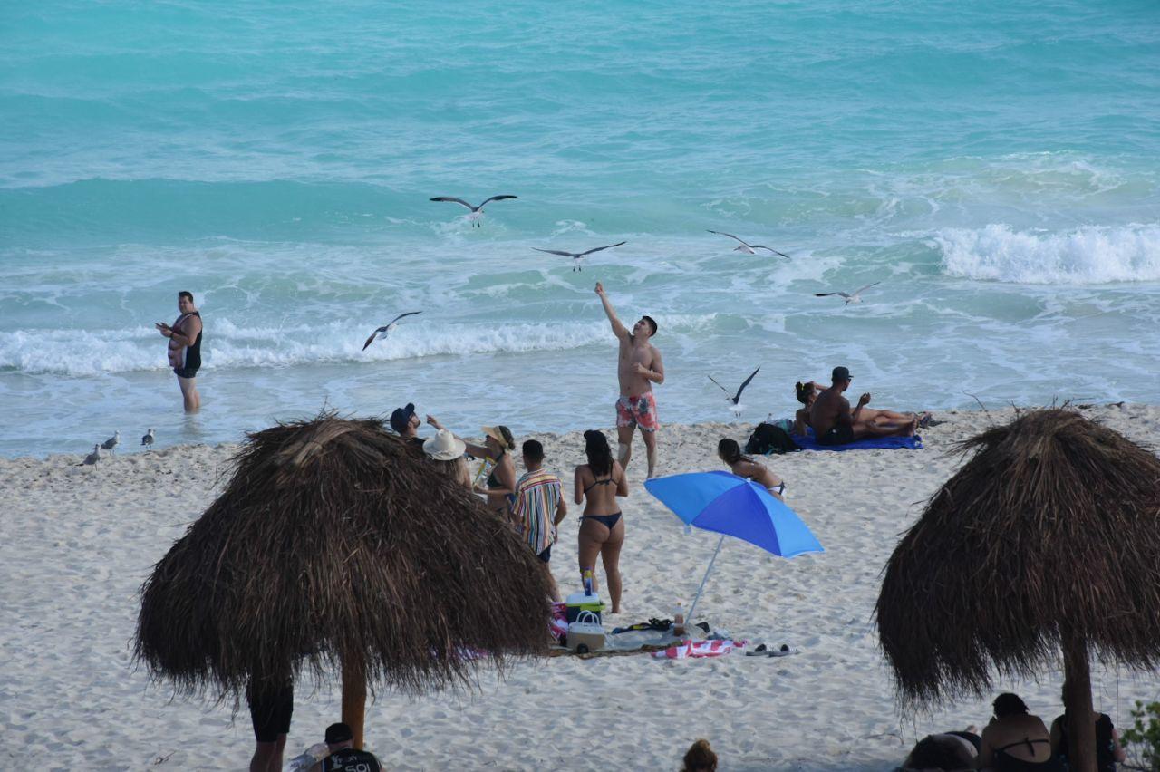 CANCÚN, QUINTANA ROO, 23DICIEMBRE2020.- Cientos de turistas nacionales y extranjeros arriban a las playas del caribe mexicano durante la temporada navideña a pesar de la pandemia por Covid-19. La entidad se mantiene en semáforo amarillo por Covid-19. A pesar que el límite establecido de ocupación hotelera por el color del semáforo es del 60% por ciento, el gobierno del estado ha otorgado permisos especiales para que los establecimientos lleguen hasta el 80%. durante el periodo del 21 al 27 de diciembre a aquellas empresas certificadas con las medidas sanitarias correspondientes. FOTO: ELIZABETH RUIZ/CUARTOSCURO.COM