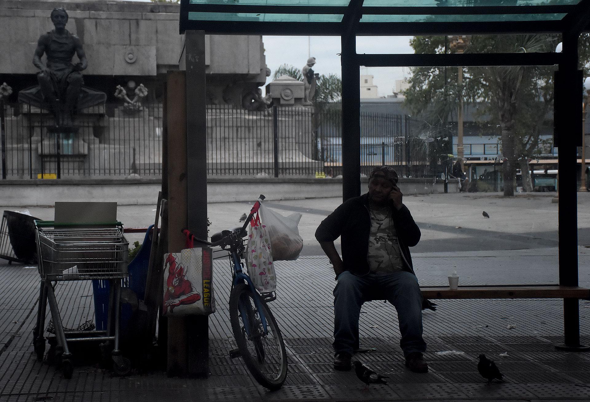Días atrás, el juez Guillermo Scheibler ordenó al gobierno porteño que informe todos los detalles sobre los protocolos, testeos, vacunaciones, alimentación y seguimiento de paradores de personas en situación de calle, en el contexto de la pandemia.