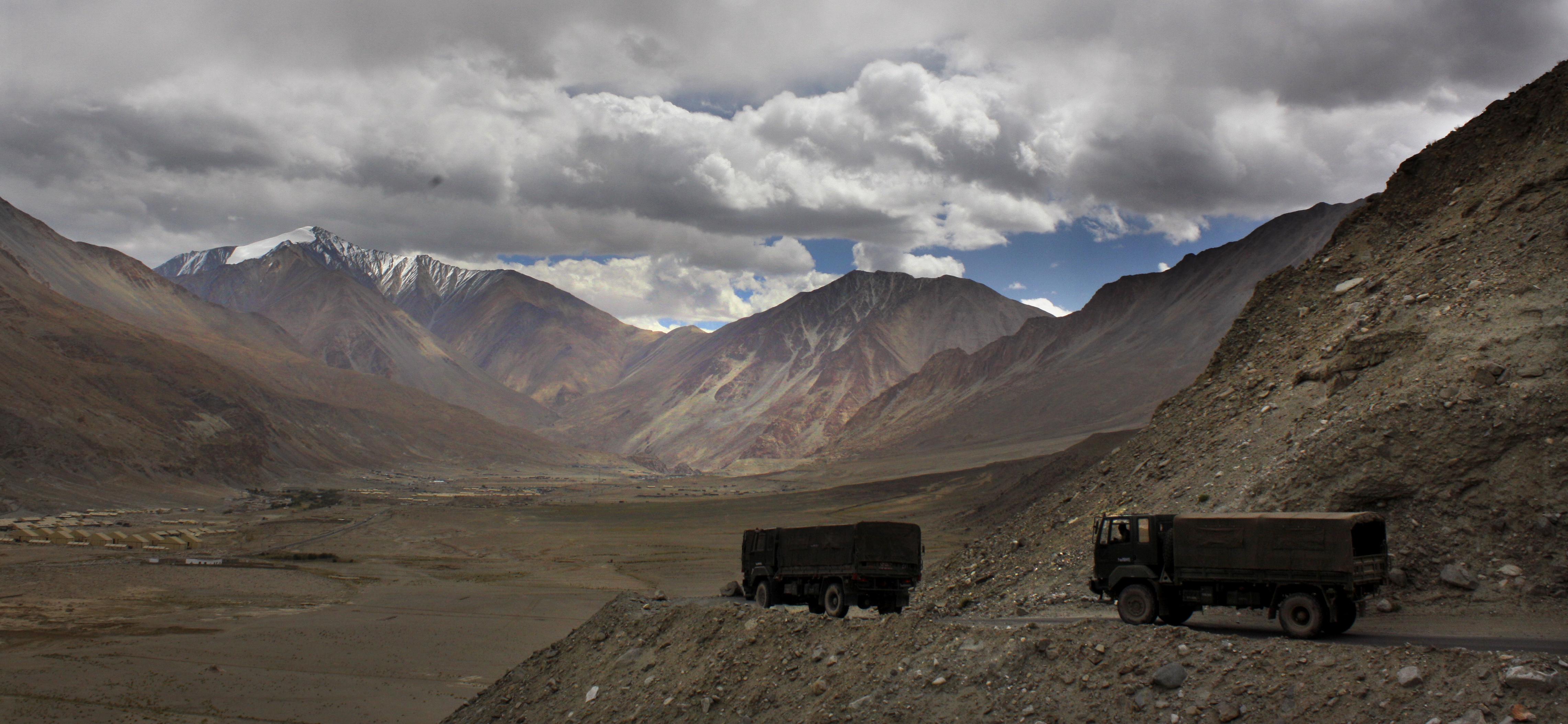 Camiones del ejército indio cerca al lago Pangong Tso (AP)