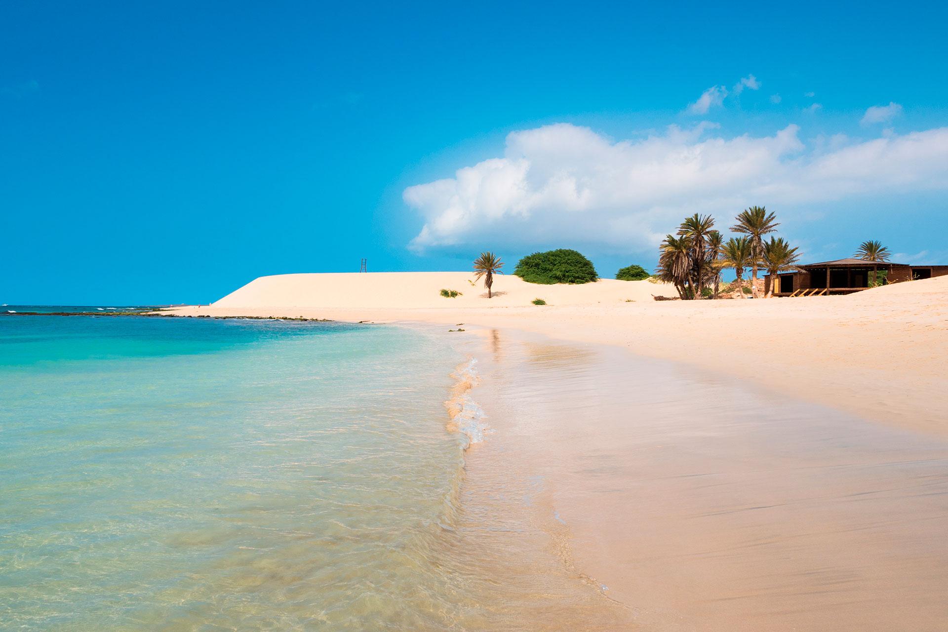 El país insular del Océano Atlántico obtiene el 17,66% de su PIB del turismo. Ha registrado menos de 800 casos de virus y va a permitir que los vuelos entre sus islas comiencen nuevamente el 30 de junio
