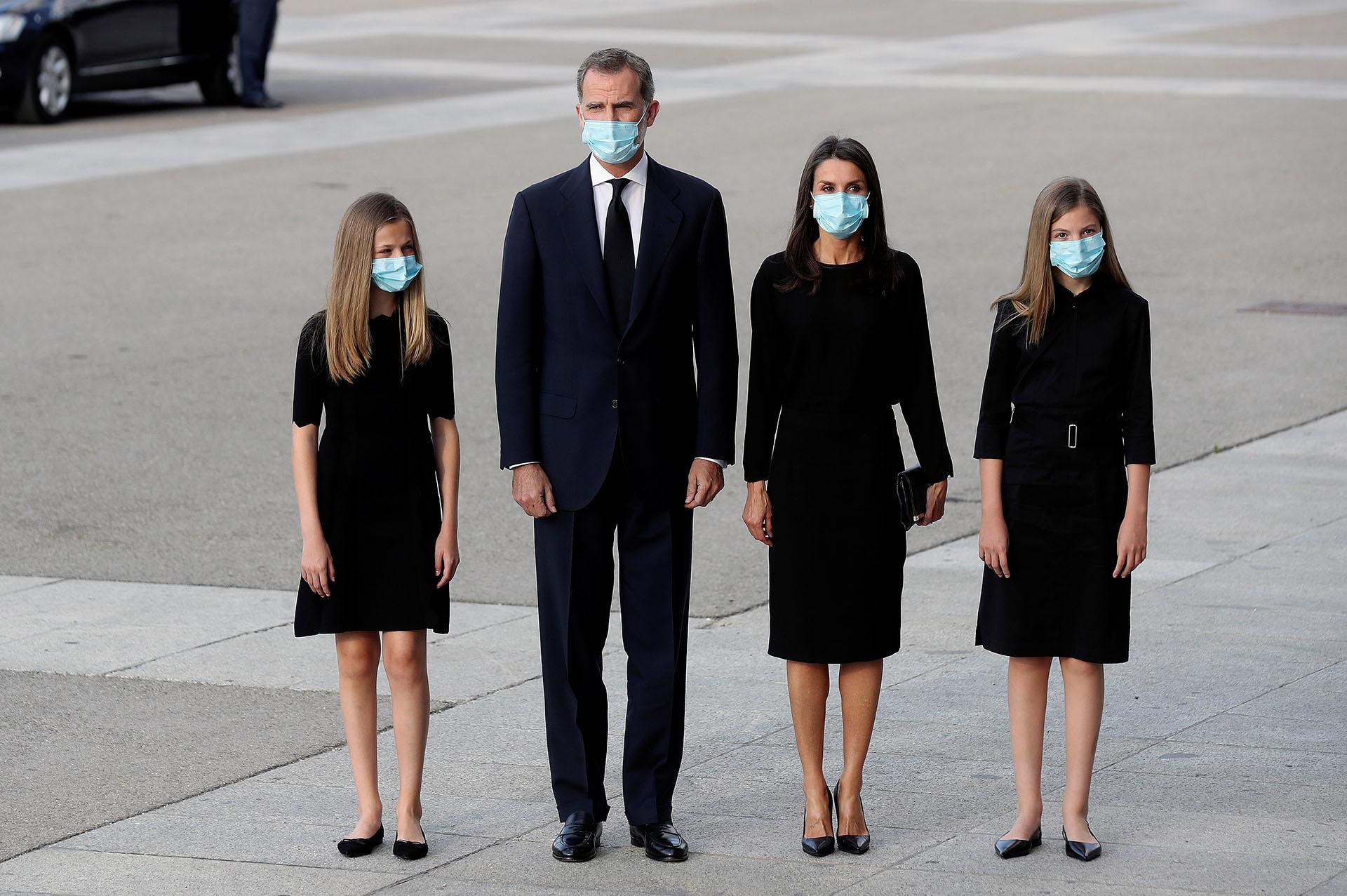 Felipe y Letizia junto a las princesas Leonor y la infanta Sofía vistieron de estricto luto. Se trató de la primera vez que las hijas de los reyes asistieron a un funeral de carácter institucional