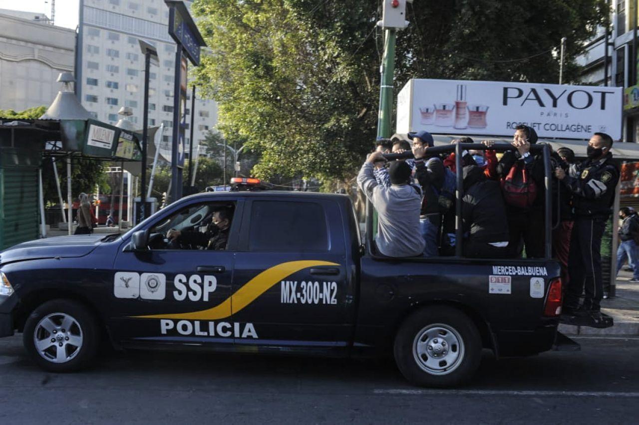 9 de enero de 2021. Ciudad de México. Vehículos de la Secretaría de Seguridad Ciudadana (SSC) fueron habilitados para trasladar a personas debido a los múltiples cierres en las líneas del Sistema de Transporte Colectivo (STC) Metro por el incendio registrado esta madrugada en uno de sus centros de control.