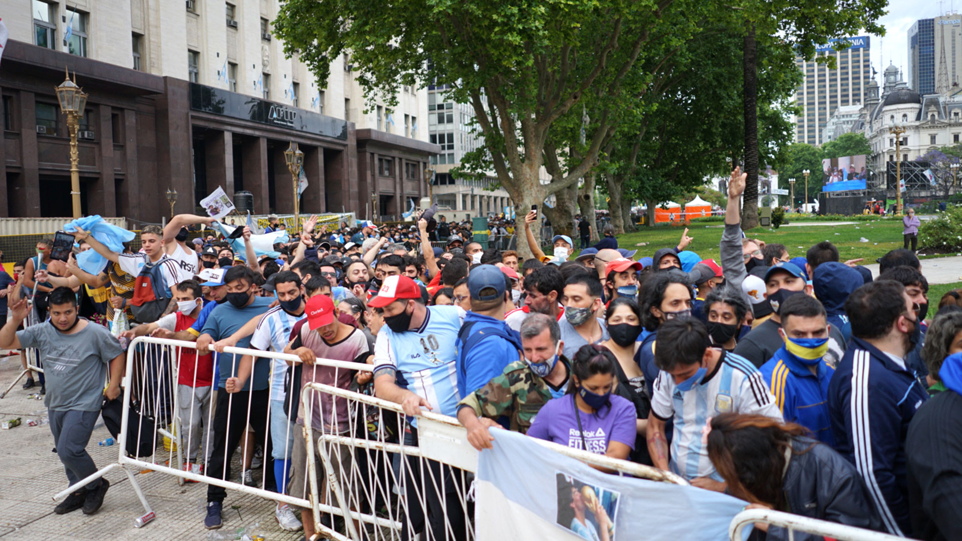 Además de las miles de personas, los familiares, amigos y varios integrantes destacados del fútbol argentino pudieron despedir a Maradona en una ceremonia íntima