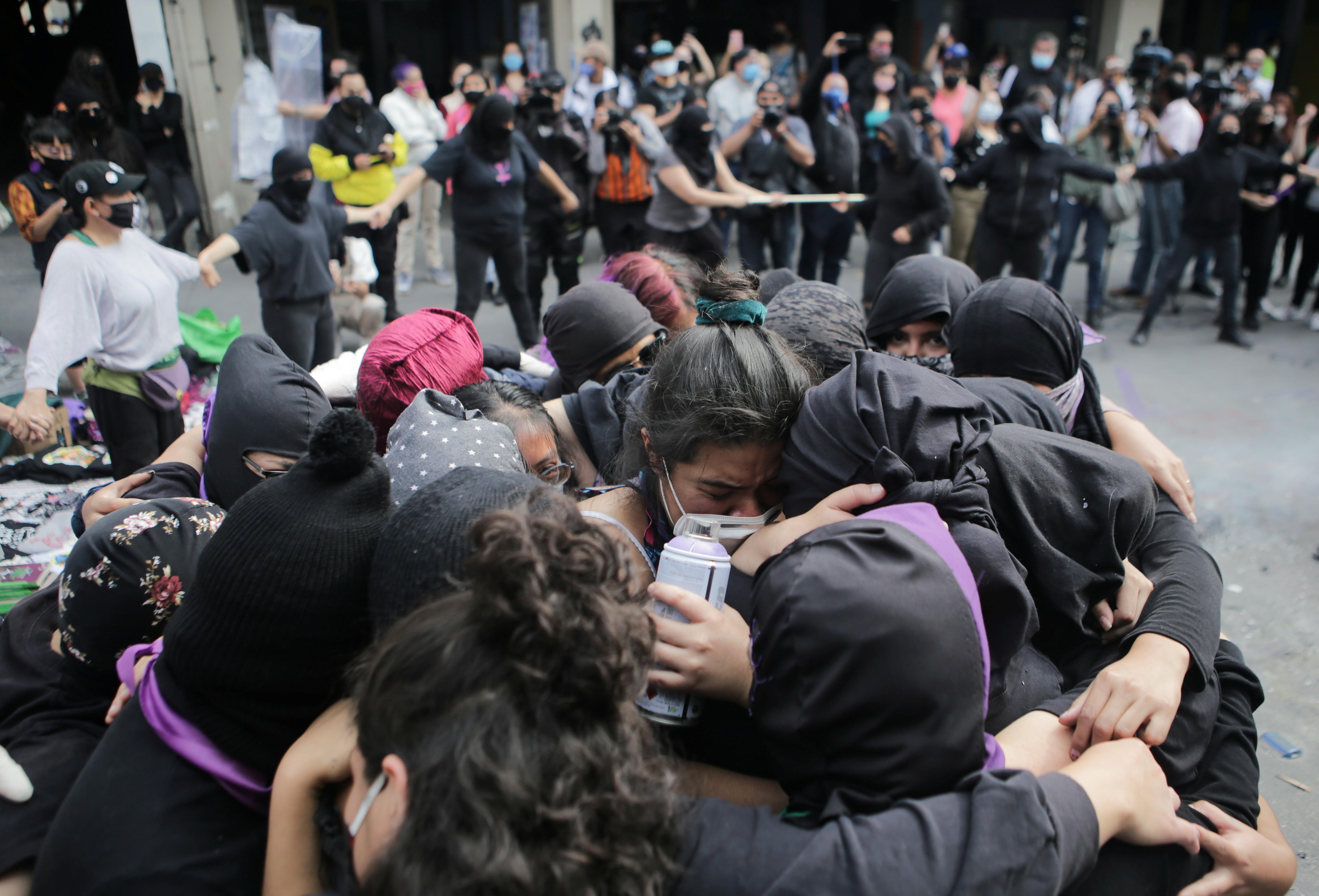 Integrantes de un abrazo colectivo feminista frente a las instalaciones del edificio de la Comisión Nacional de Derechos Humanos, en apoyo a víctimas de violencia de género, en la Ciudad de México, México 11 de septiembre de 2020. Fotografía tomada el 11 de septiembre de 2020.