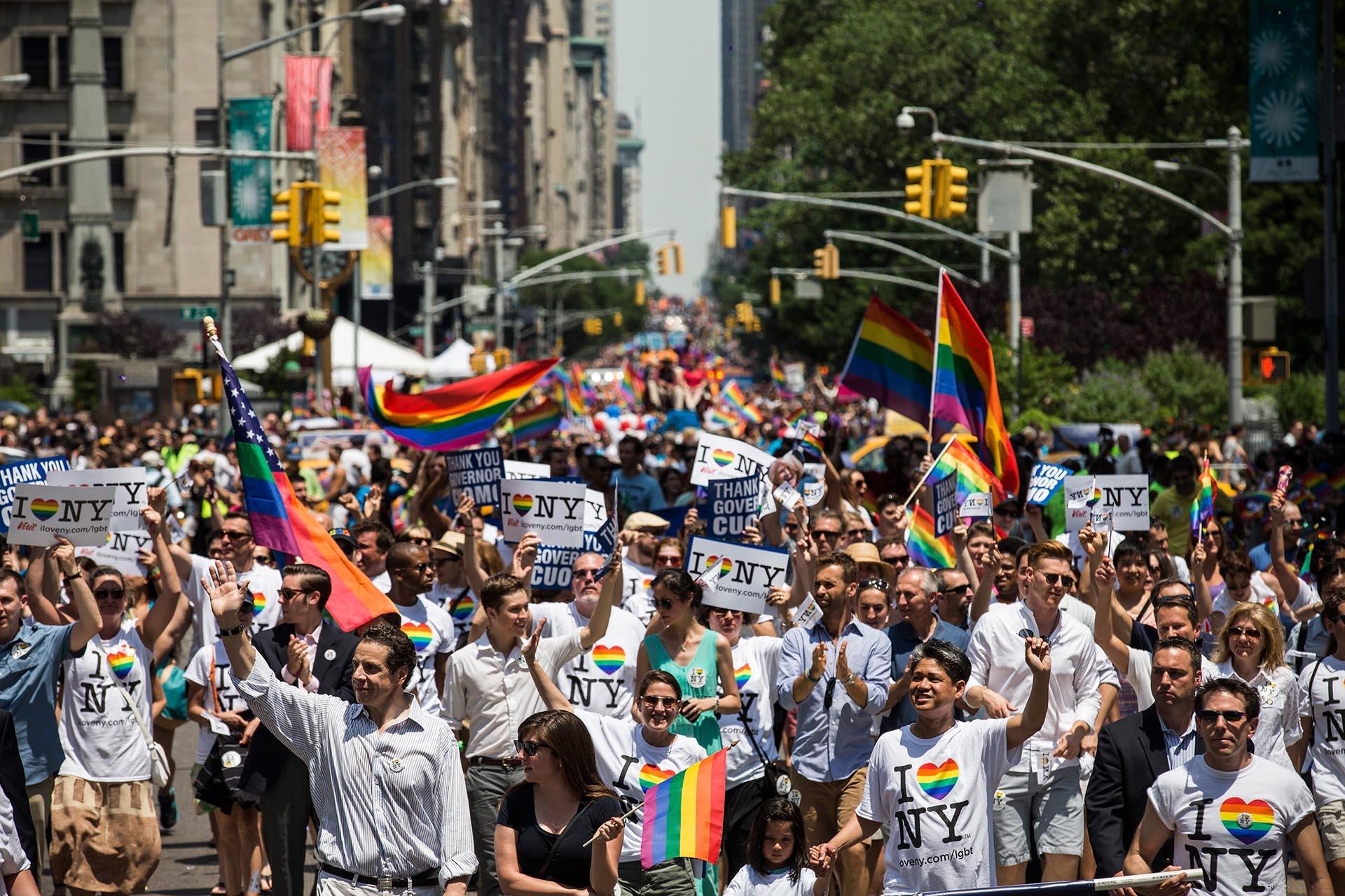 Participantes marchan por la Quinta Avenida en el Desfile del Orgullo de Nueva York el 30 de junio de 2013. El evento de ese año fue una ocasión particularmente festiva, debido a la reciente decisión de la Corte Suprema de que era inconstitucional prohibir el matrimonio gay.