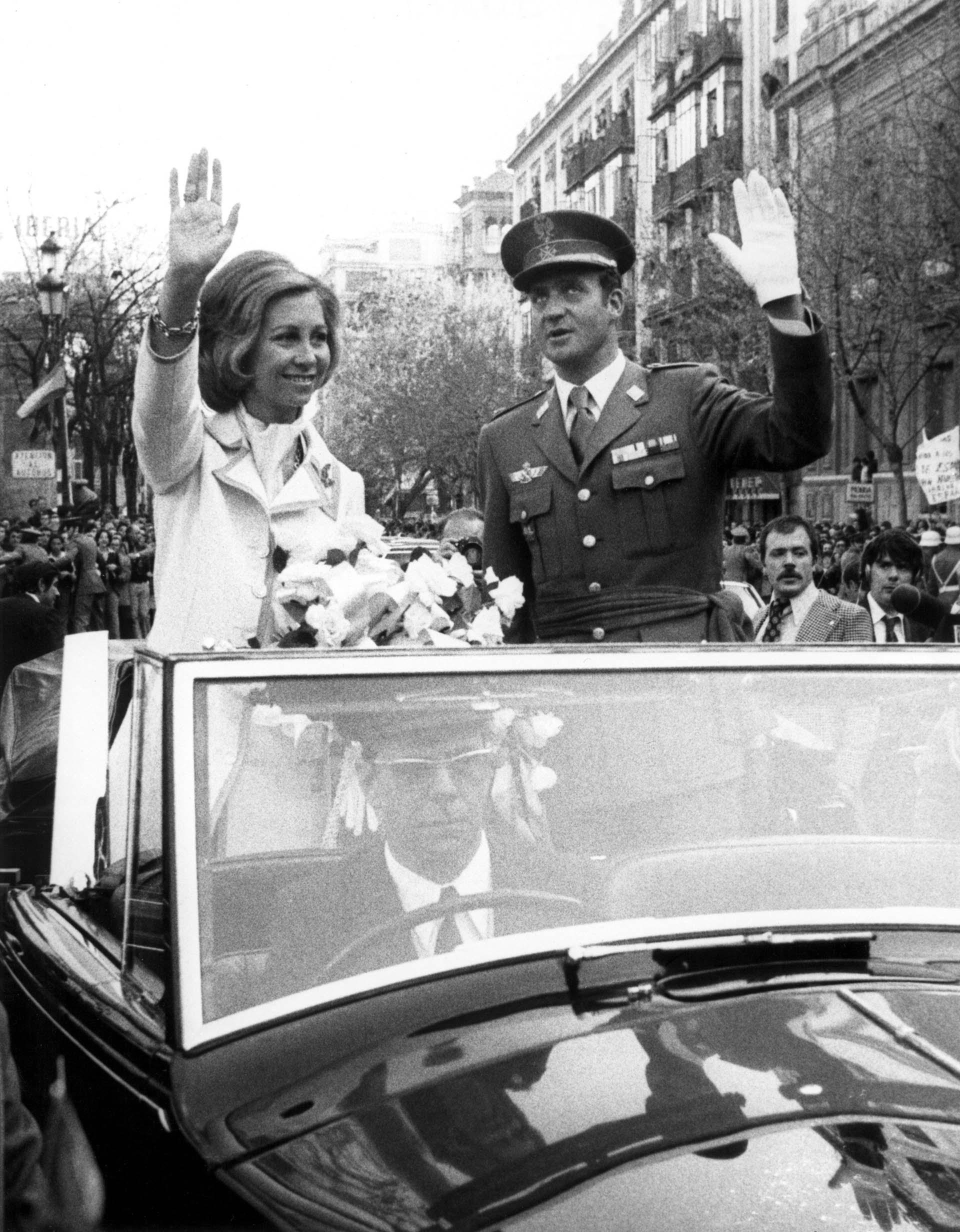 Sevilla, España. El rey de Juan Carlos y la reina Sofía saludan a la multitud durante una reciente visita el 29 de marzo de 1976 a esa ciudad (Shutterstock)