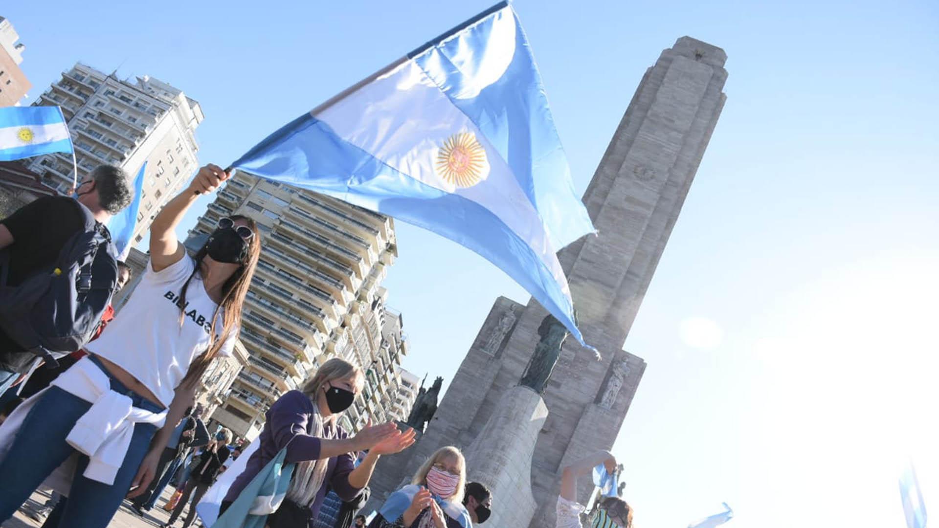 El Monumento a la Bandera otra vez se convirtió en el epicentro de la manifestación (Leo Galletto)