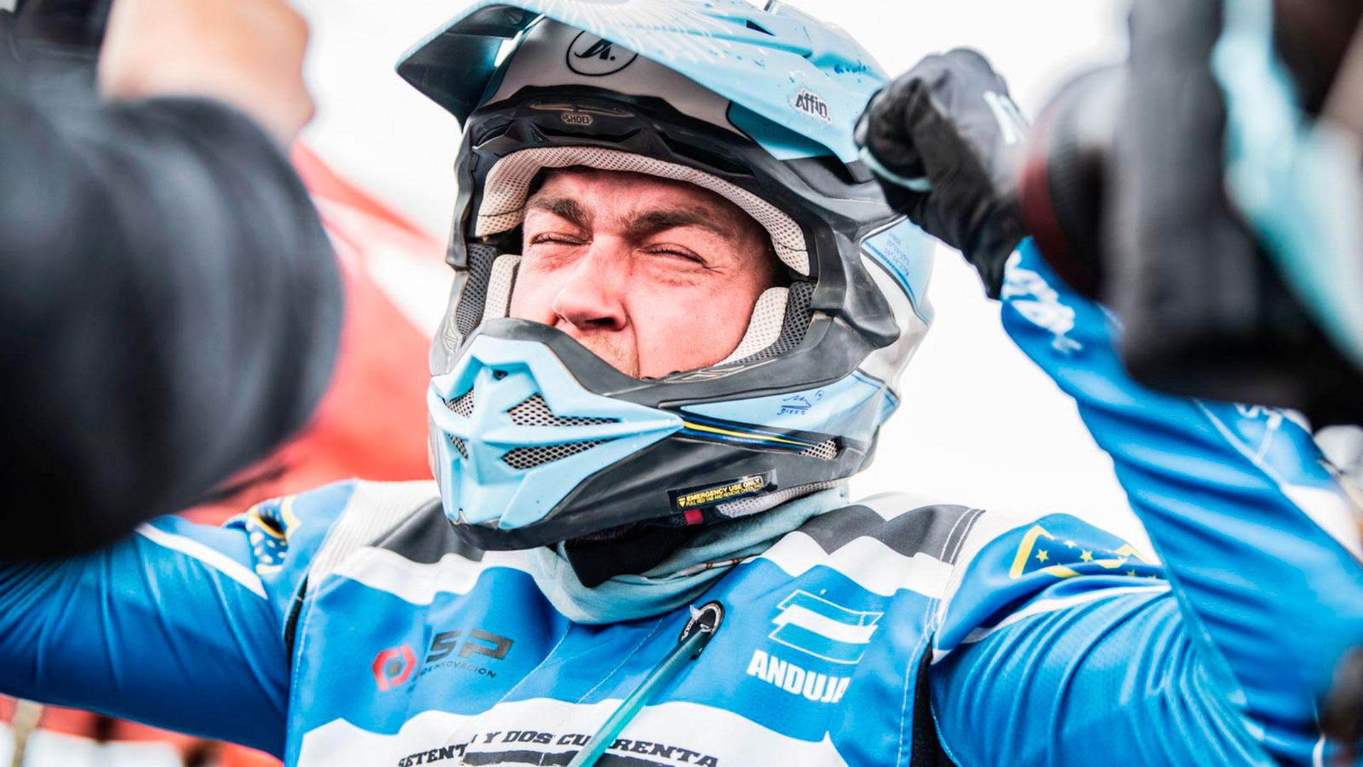 La emoción de Manuel Andújar tras quedarse con el primer lugar en el Dakar (@dakar)