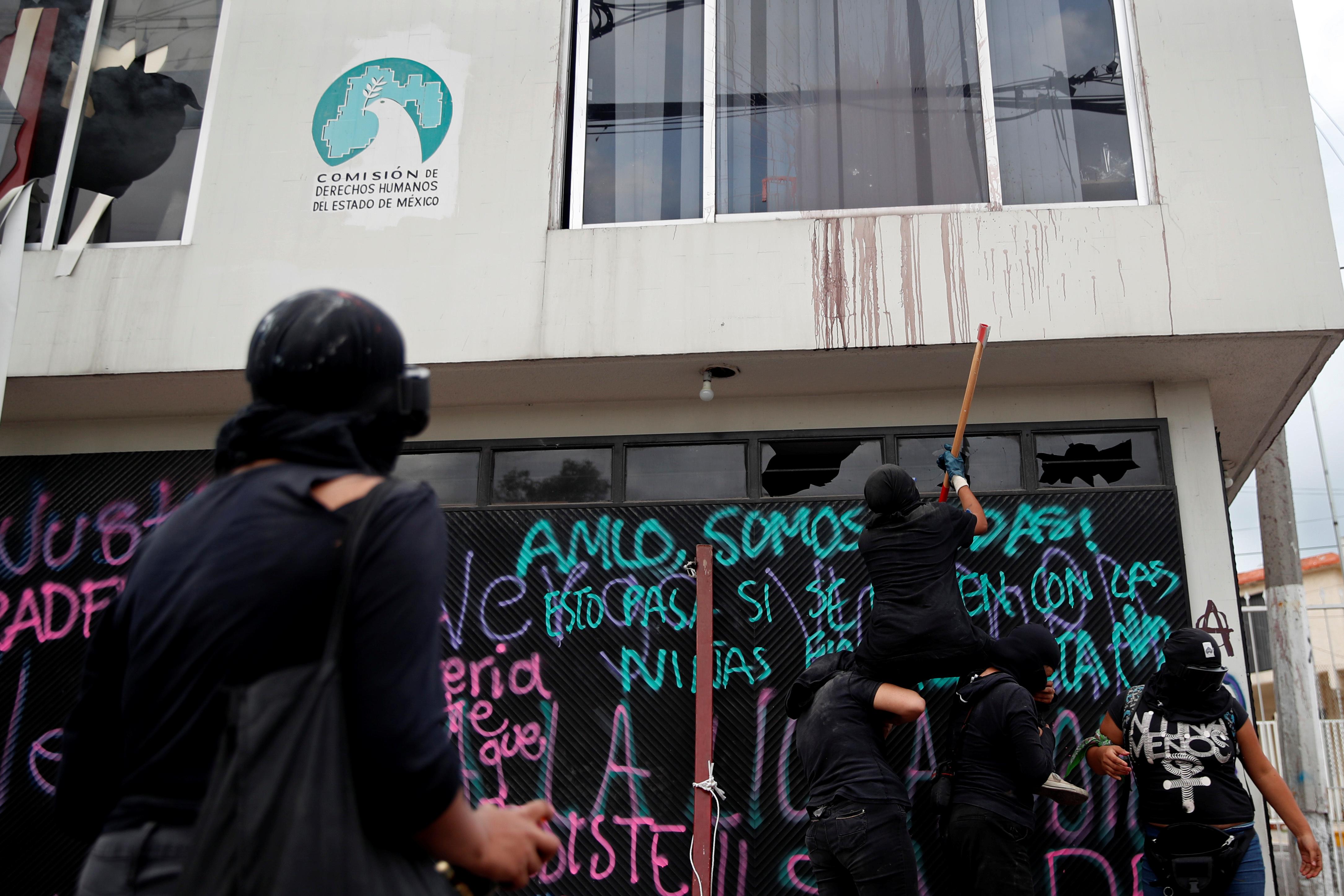 Integrantes de un colectivo feminista vandalizan las instalaciones de la comisión de derechos humanos del estado de México, en apoyo a víctimas de violencia de género, en Ecatepec, Estado de México, México 11 de septiembre de 2020.