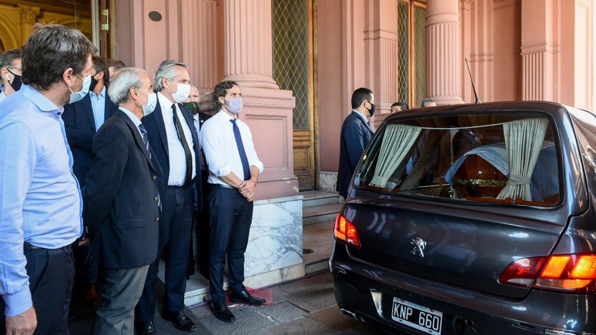 Alberto Fernández antes de que partiera el cortejo fúnebre