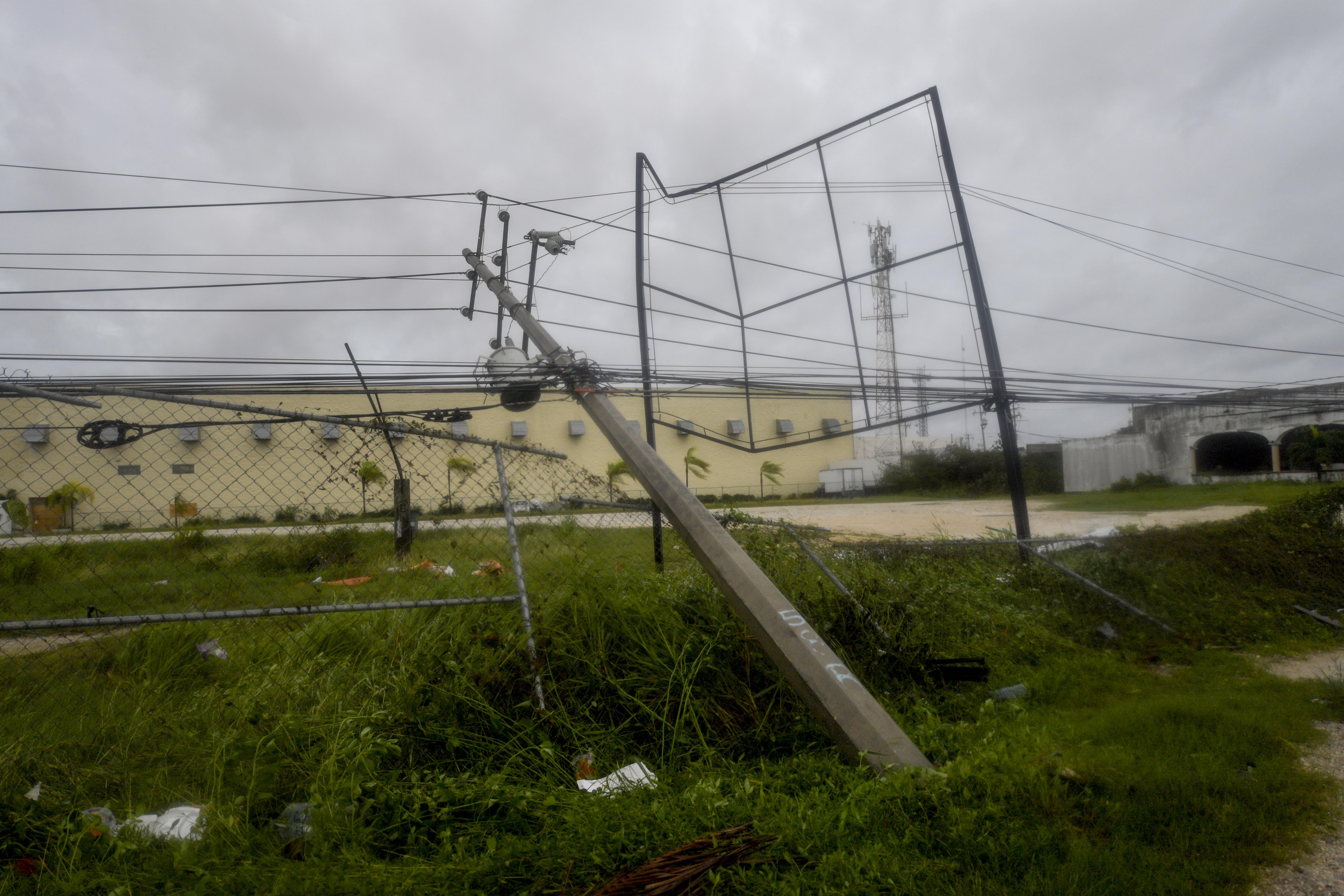 Vista de líneas eléctricas caídas después del paso del huracán Delta en Cancún, estado de Quintana Roo, México, el 7 de octubre de 2020.