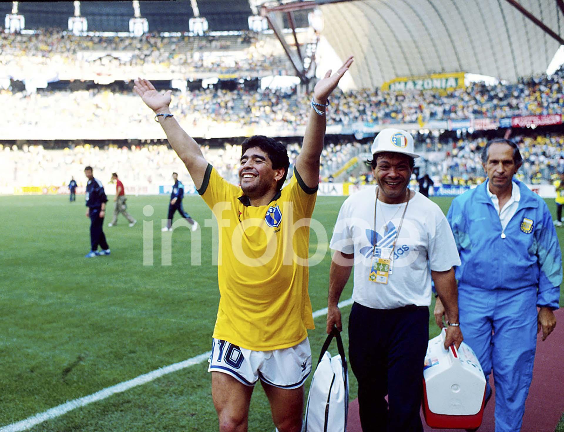 Diego Armando Maradona, con la camiseta de Brasil, luego de que Argentina eliminara a la Verdeamarela en octavos de final del Mundial de Italia 1990