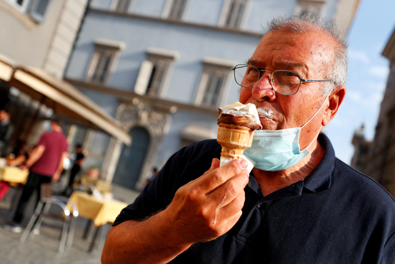 Un hombre disfruta de un helado en Milán (REUTERS/Guglielmo Mangiapane)