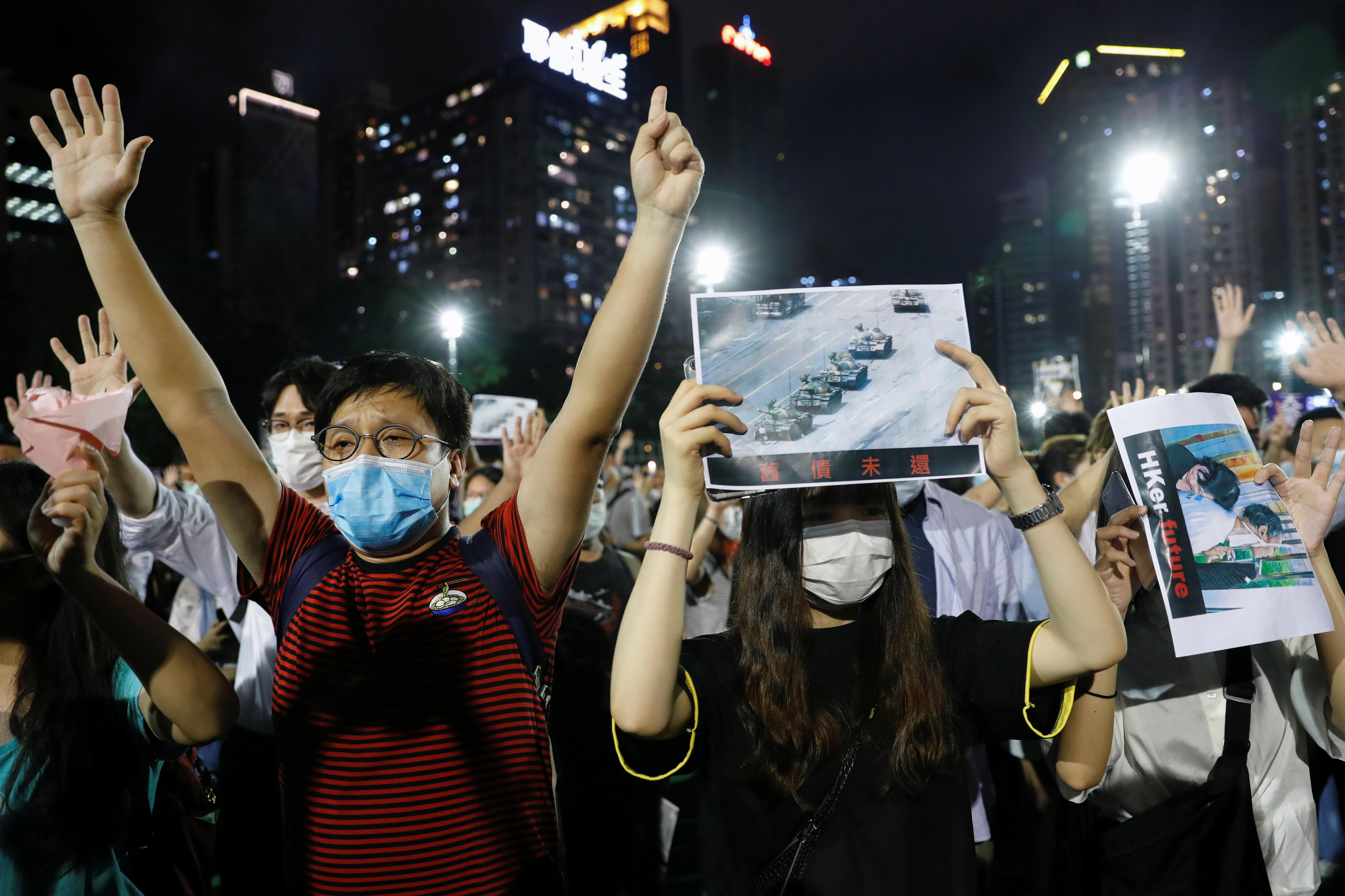 A lo largo del día, las iglesias católicas de la ciudad acogieron a los hongkoneses para que pudieran encender sus velas, y en la Universidad de Hong Kong los estudiantes rindieron tributo a la Columna de la Infamia, una escultura de hormigón que representa a 50 cuerpos retorcidos para recordar a los que murieron en la sangrienta represión militar de Pekín contra el movimiento de protesta (REUTERS/Tyrone Siu)