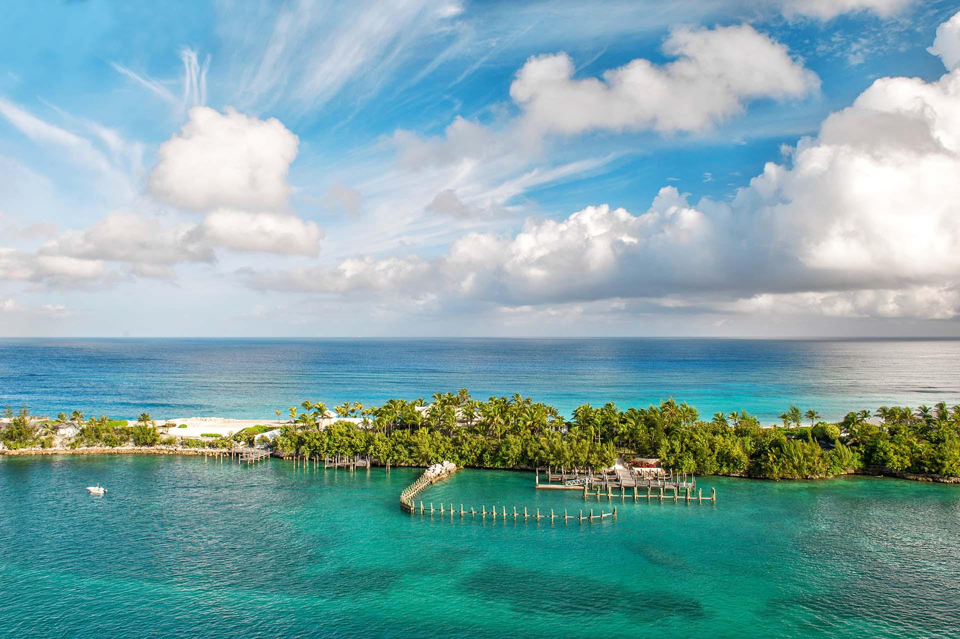 Las Bahamas ha reiniciado los vuelos nacionales entre sus islas y está permitiendo que los vuelos internacionales comiencen nuevamente desde el 1 de julio. Se permitieron embarcaciones internacionales, yates y aviación privada a partir del 15 de junio, y los viajeros serán evaluados. El país obtuvo el 19,23% de su PIB del turismo, pero eso pudo haber sido afectado por el huracán Dorian en 2019