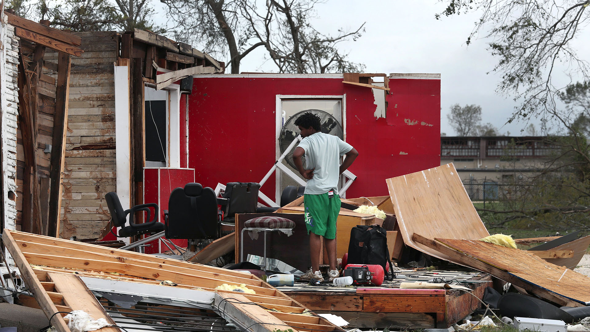 James Sonya estudia lo que queda de la peluquería de sus tíos después de que el huracán Laura pasara por la zona el 27 de agosto de 2020 en Lake Charles, Louisiana. El huracán golpeó con vientos poderosos causando grandes daños a la ciudad (Joe Raedle/Getty Images/AFP)