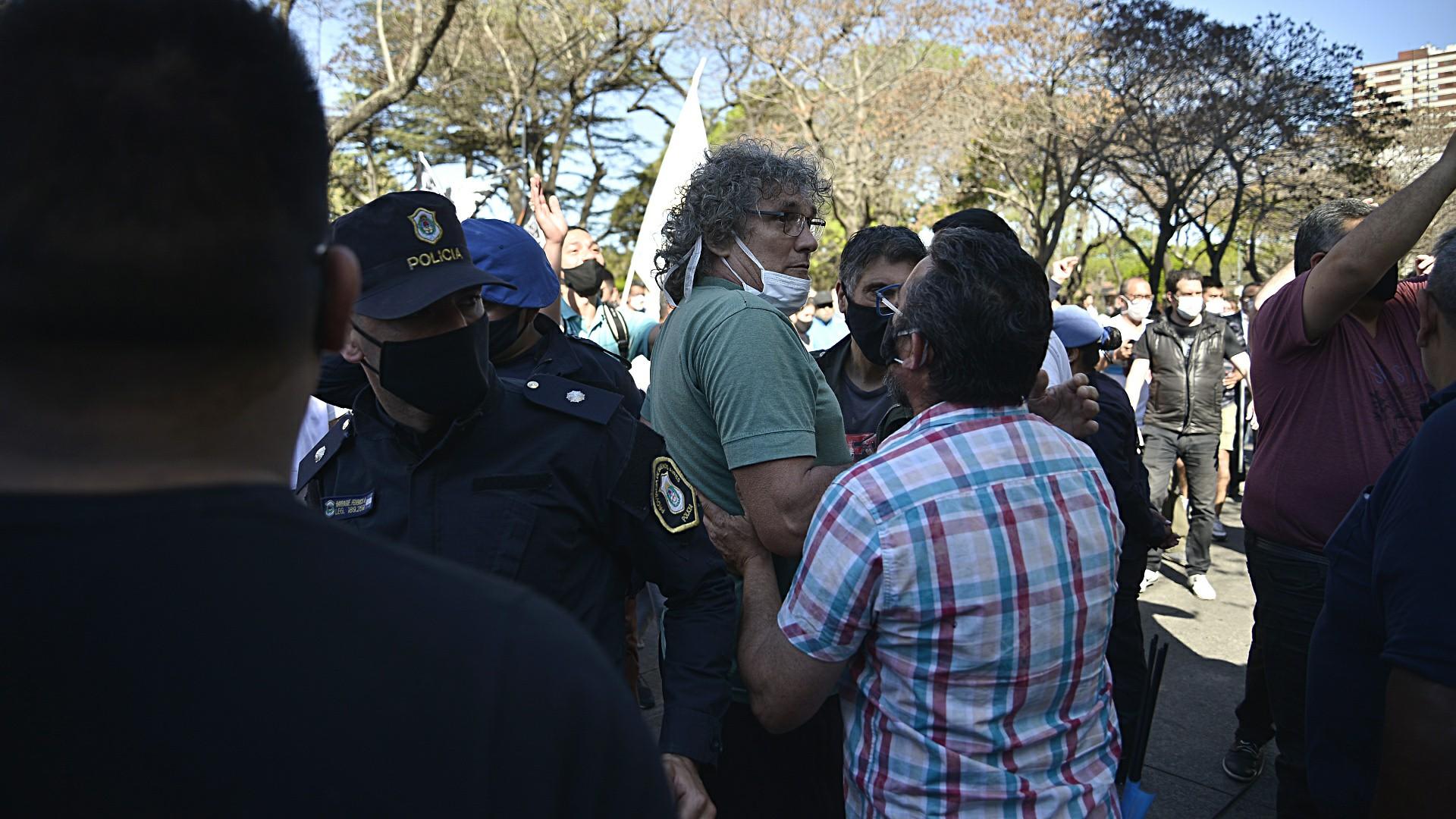 Frente a la quinta presidencial se vivieron momentos de tensión entre las dos facciones de la protesta