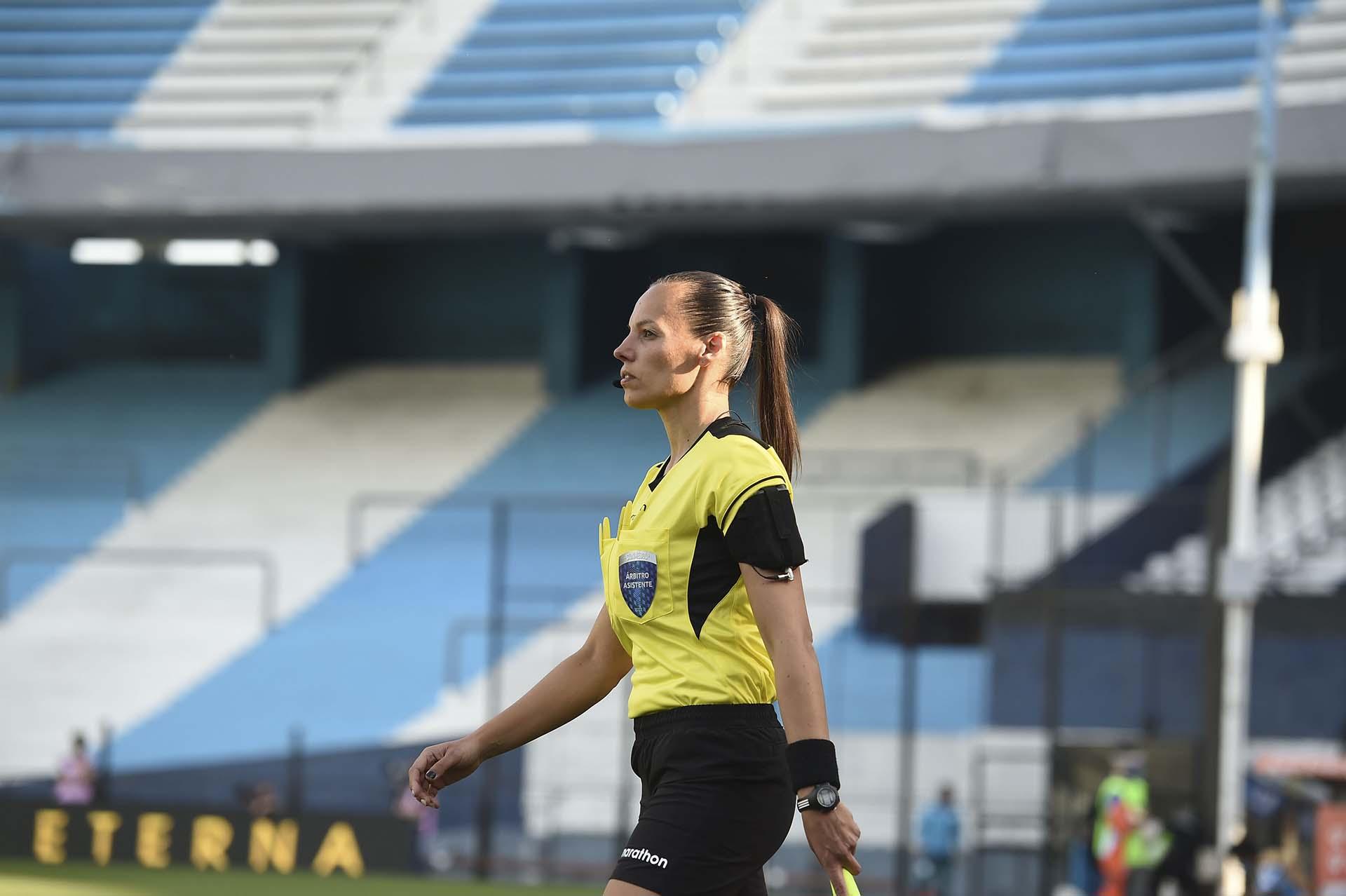 Histórico: Mariana de Almeida se convirtió en la primera mujer asistente en dirigir un parido de Copa Libertadores masculina (Marcelo Endelli / POOL / AFP)