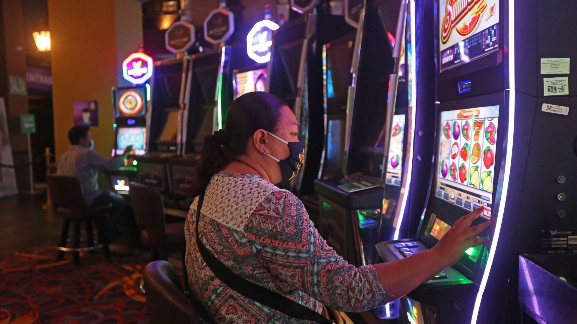 Una cliente de un conocido casino de la ciudad, cumple con el protocolo sanitario correspondiente mientras hace uso de las instalaciones y después de cinco meses de permanecer cerrados a causa de la pandemia sanitaria del COVID-19 (Foto: Cuartoscuro)