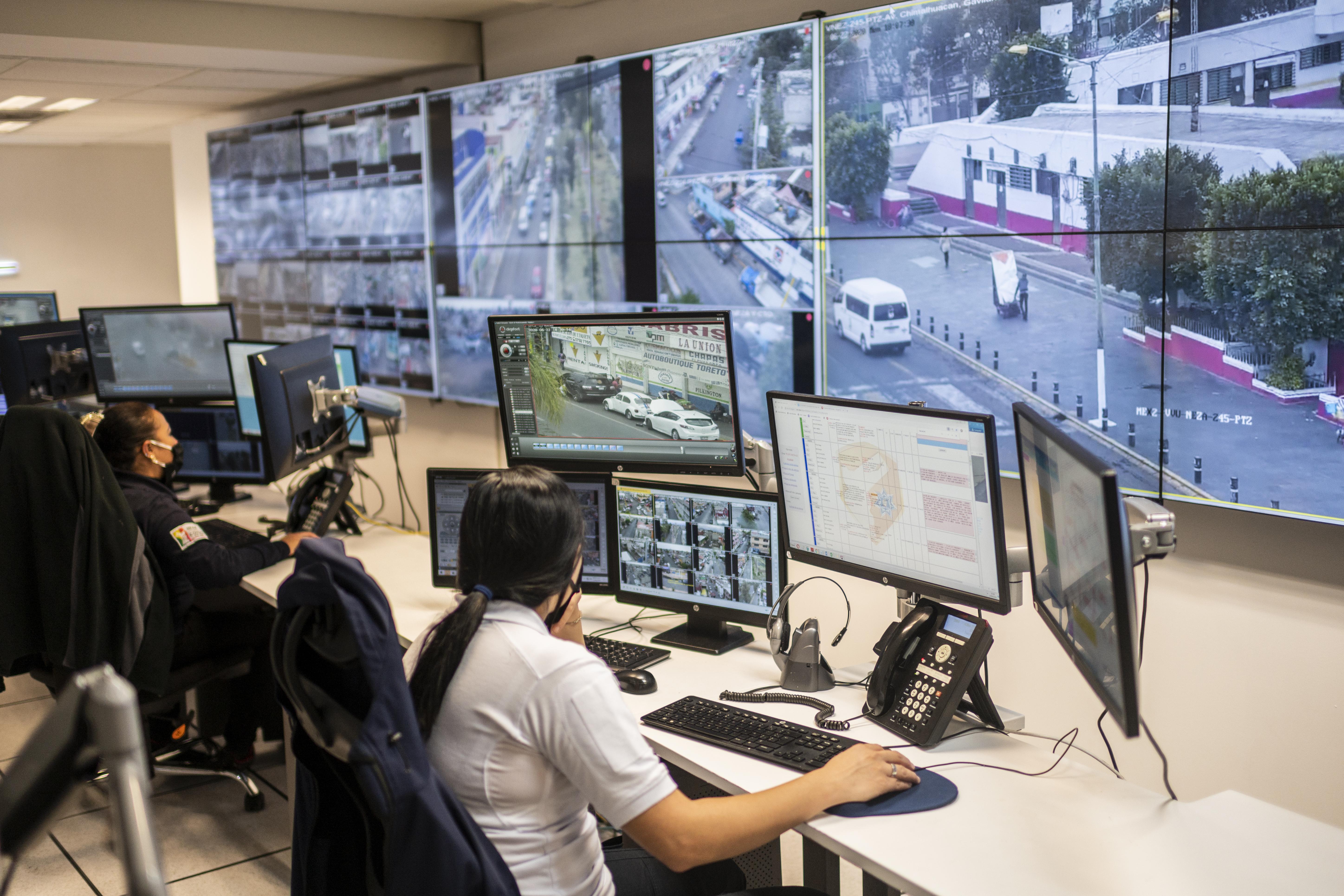 Los trabajadores reciben llamadas de ayuda en las Salas de Control de Seguridad C4, en Ciudad Nezahualcóyotl, Estado de México, México, el 22 de junio de 2020 durante la nueva pandemia de coronavirus de COVID-19. (Foto por Pedro PARDO / AFP)