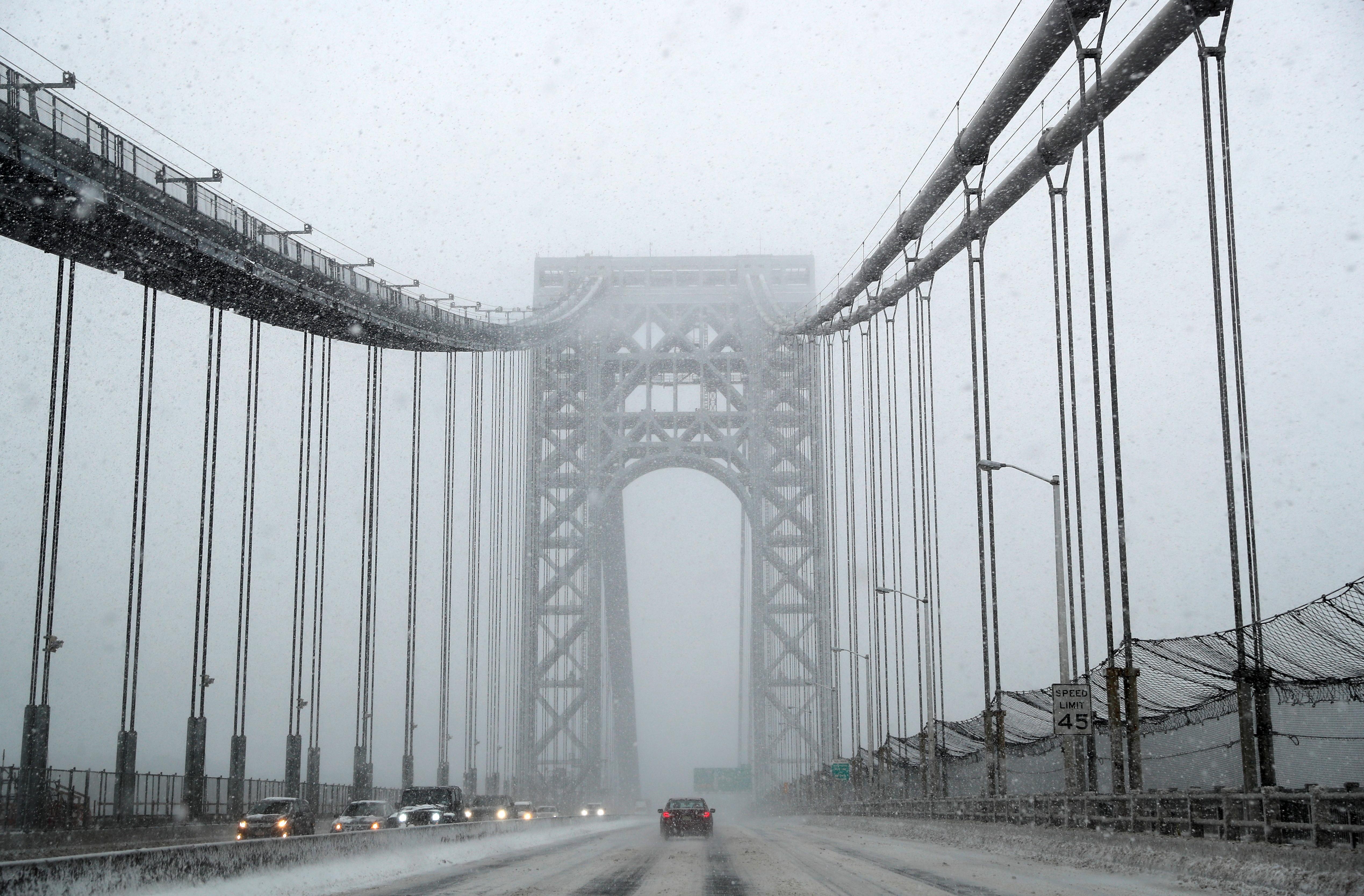 Nieve en el puente George Washington, que conecta Nueva Jersey y Nueva York (REUTERS/Mike Segar)