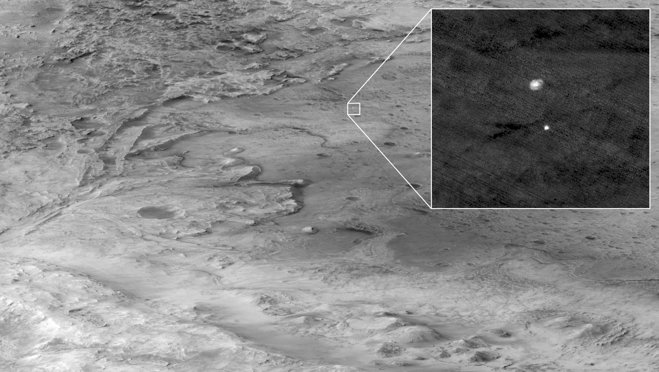 La cámara High Resolution Imaging Experiment (HiRISE) de la sonda que orbita Marte, Mars Reconnaissance Orbiter fotografía el descenso de Perseverance en paracaídas - NASA/JPL-Caltech/Handout via REUTERS