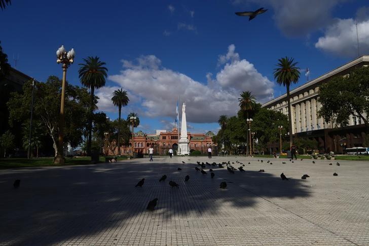 Plazas vacías. Los primeros días la cuarentena fue estricta. REUTERS/Matías Baglietto.
