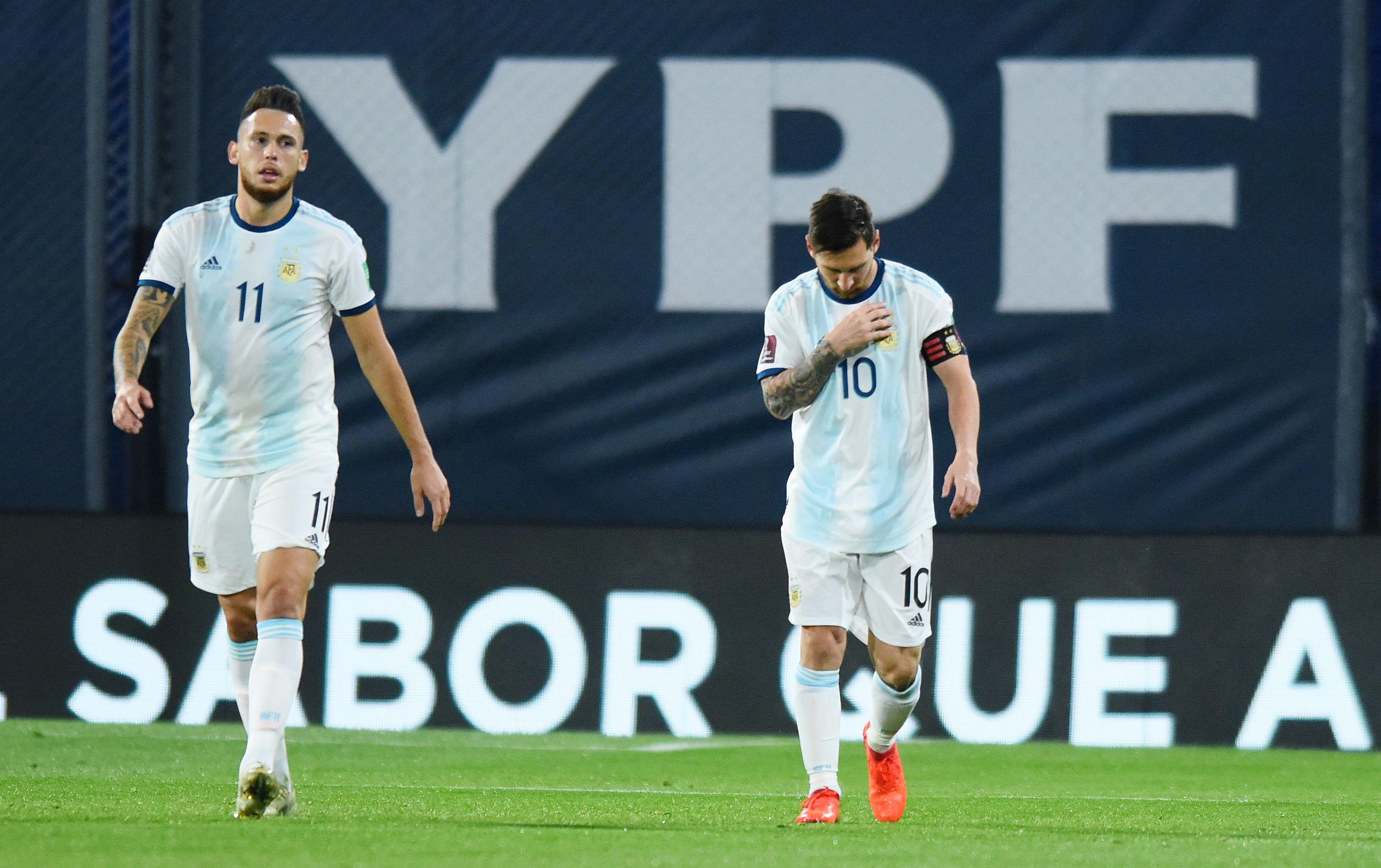Messi se persigna tras su gol, acompañado de Ocampos, su socio en la jugada del penal (REUTERS/Marcelo Endelli)