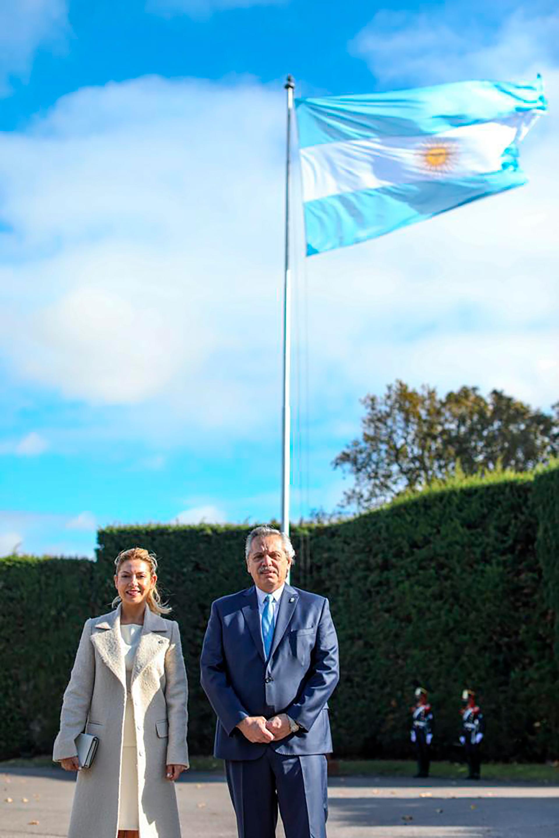Alberto Fernández y Fabiola Yáñez izaron la bandera argentina en la Quinta de Olivos.