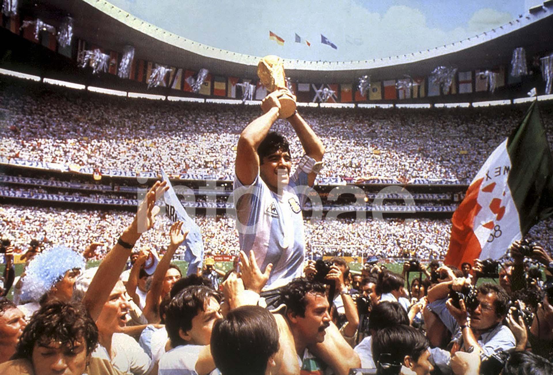 Diego Maradona levanta la Copa del Mundo en México 1986