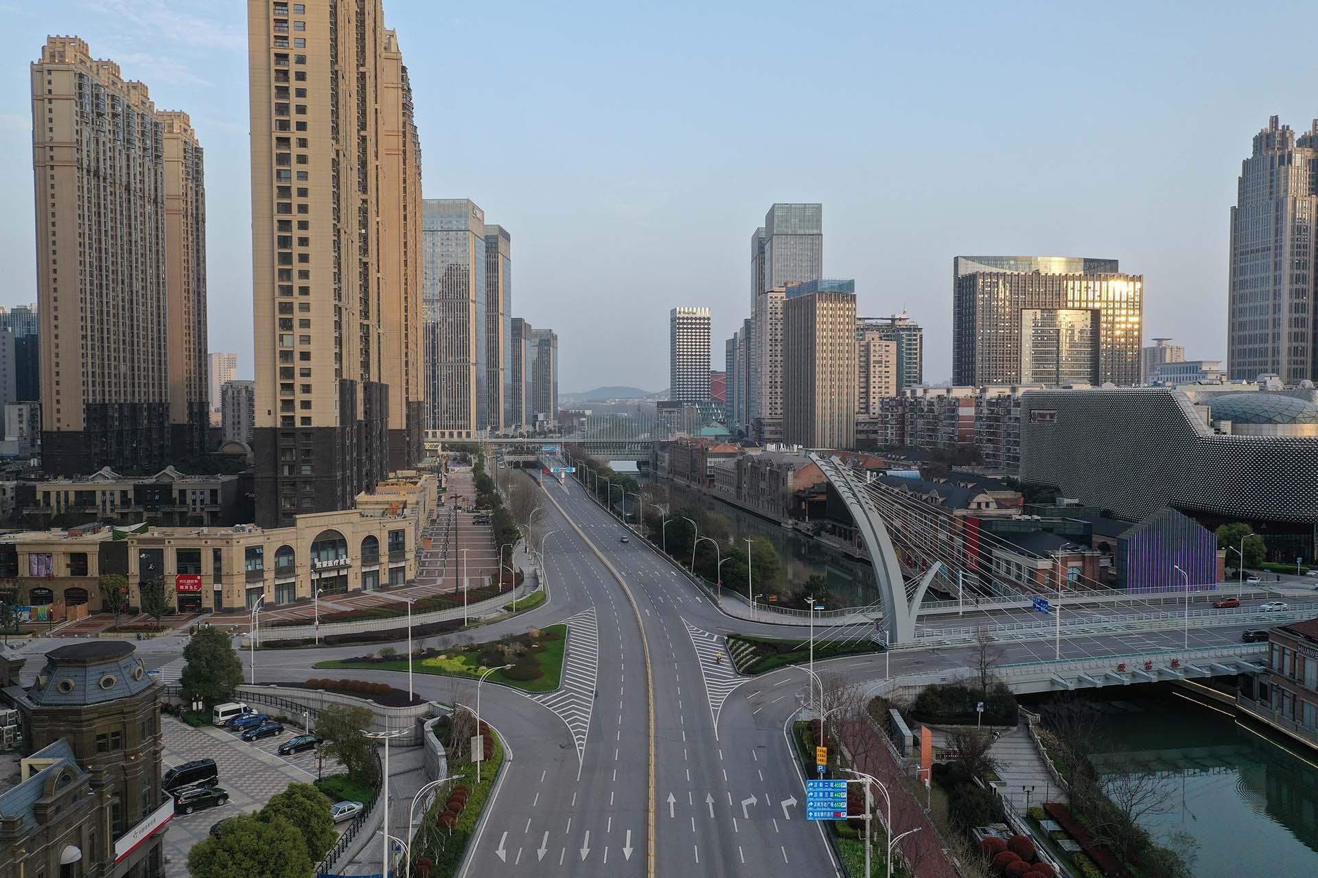 Foto aérea de una intersección de autopistas en Wuhan, Hubei, China (Photo by STR / AFP/ China OUT)