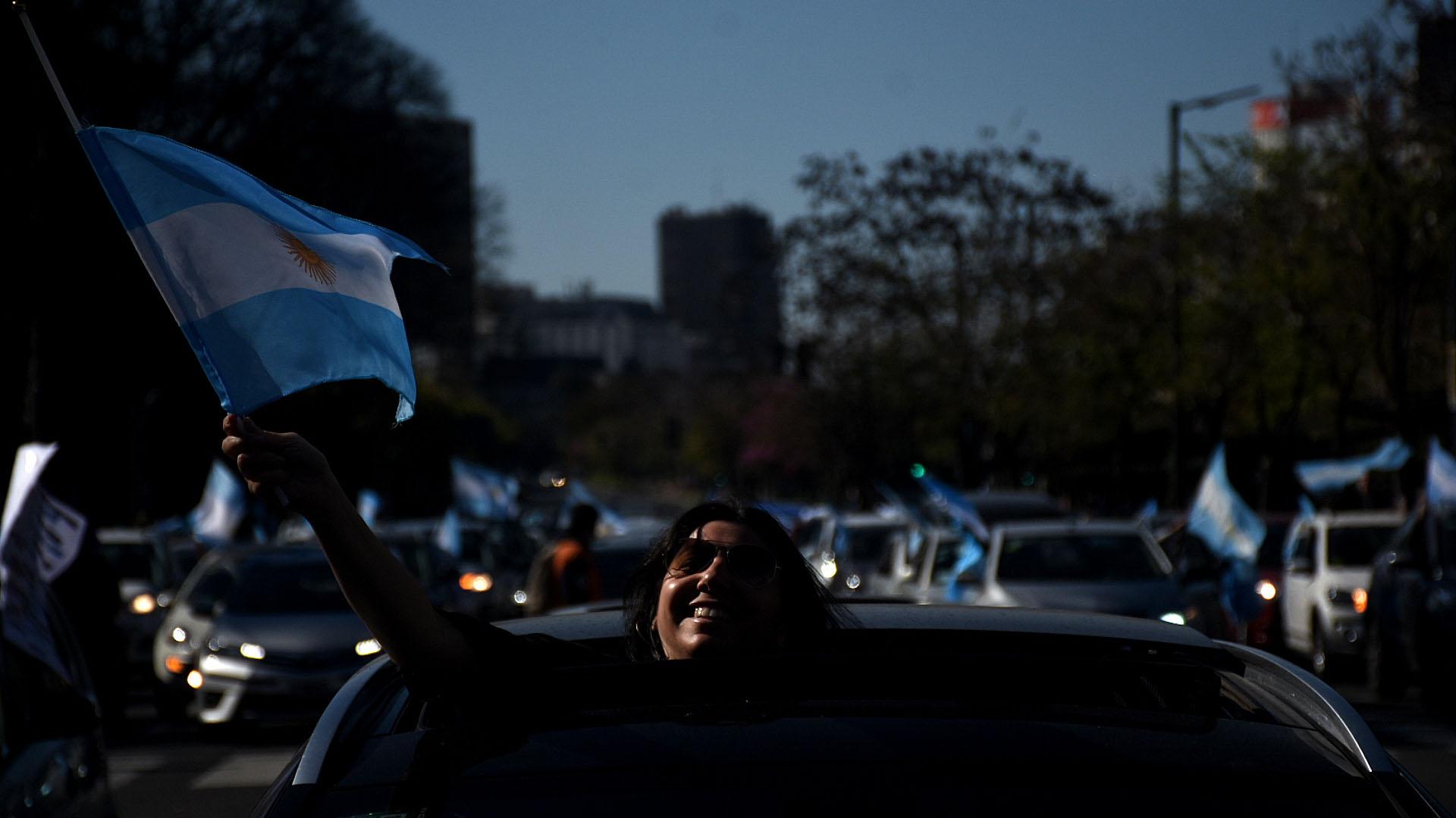 Muchas personas se movilizaron en sus autos por el centro porteño