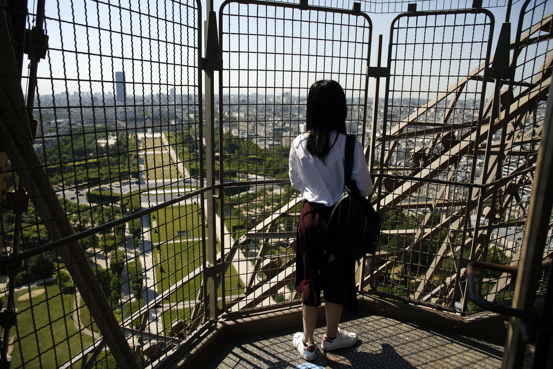 Una turista disfruta de la vista desde la Torre (AP /Thibault Camus)