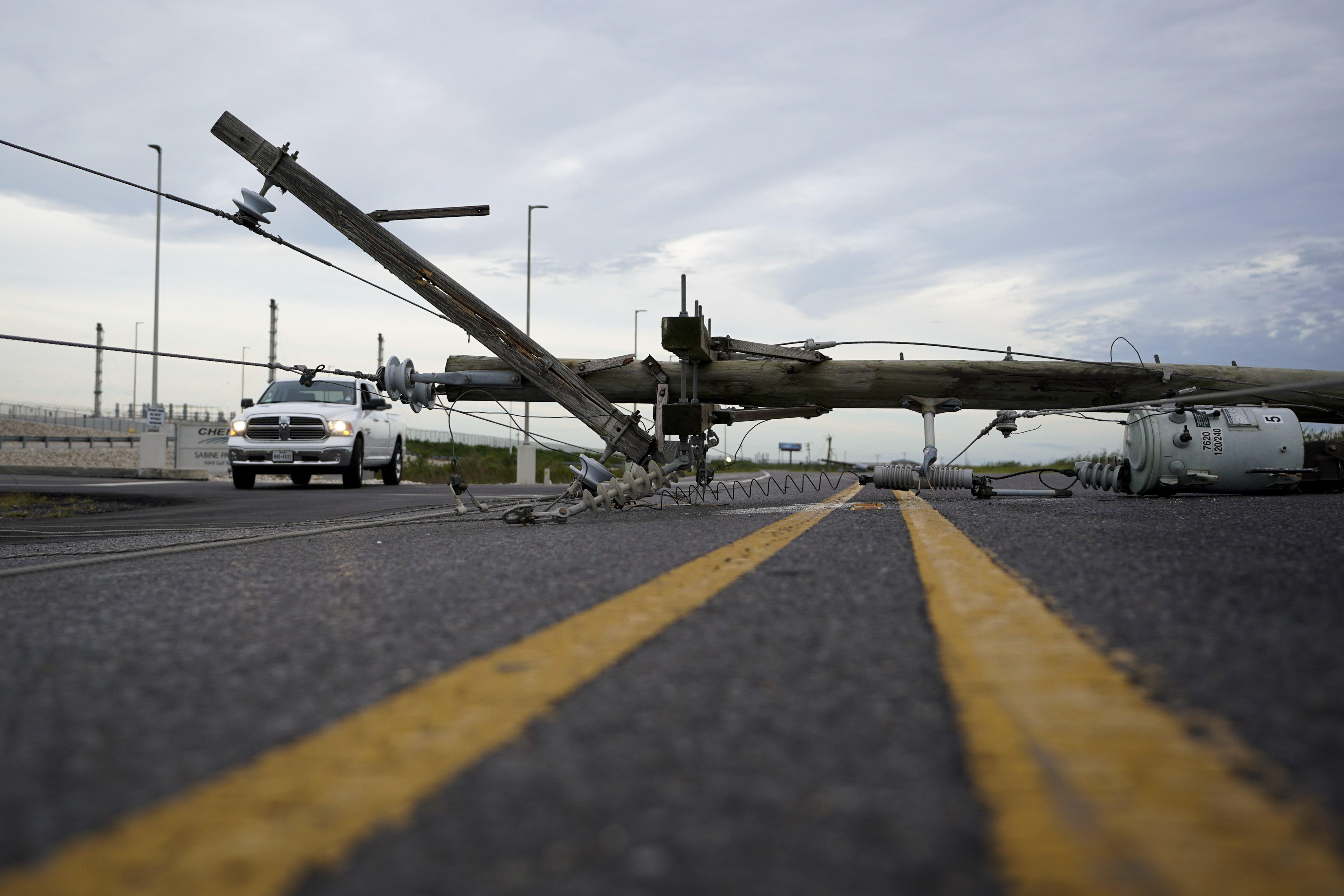 El tendido eléctrico corta una carretera tras el paso del huracán Laura en Sabine Pass, Texas. (Foto AP/Eric Gay)