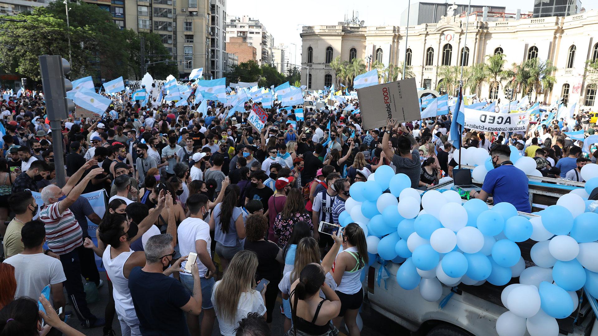 Mucha gente se concentró en el Patio Olmos, en Córdoba capital