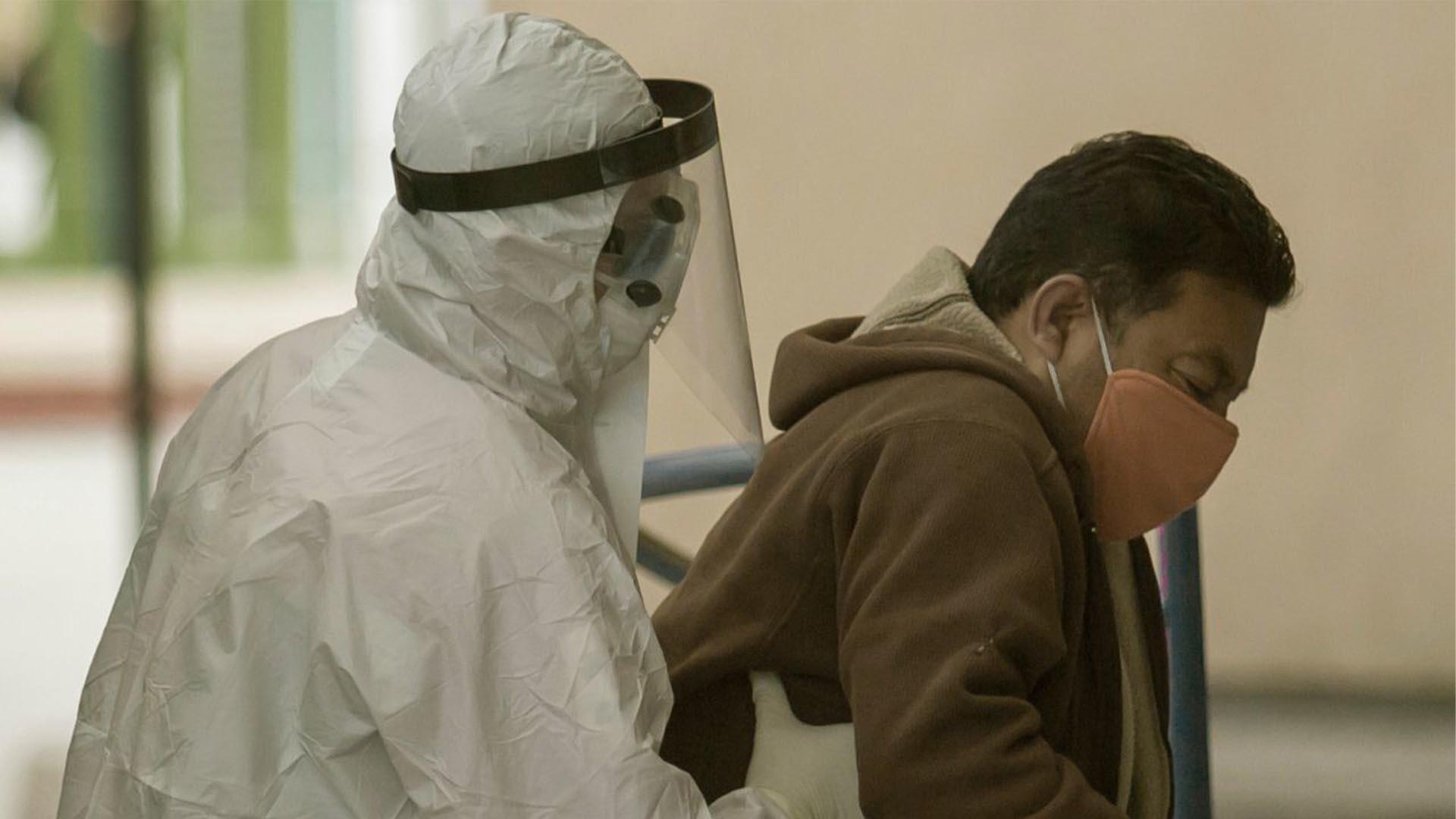 Un hombre con síntomas de COVID-19 es ingresado a la zona de urgencias de la Clínica Uno del IMSS para ser internado, después de haber sido evaluado por paramédicos de la Cruz Roja (Foto: Cuartoscuro/Omar Martínez)