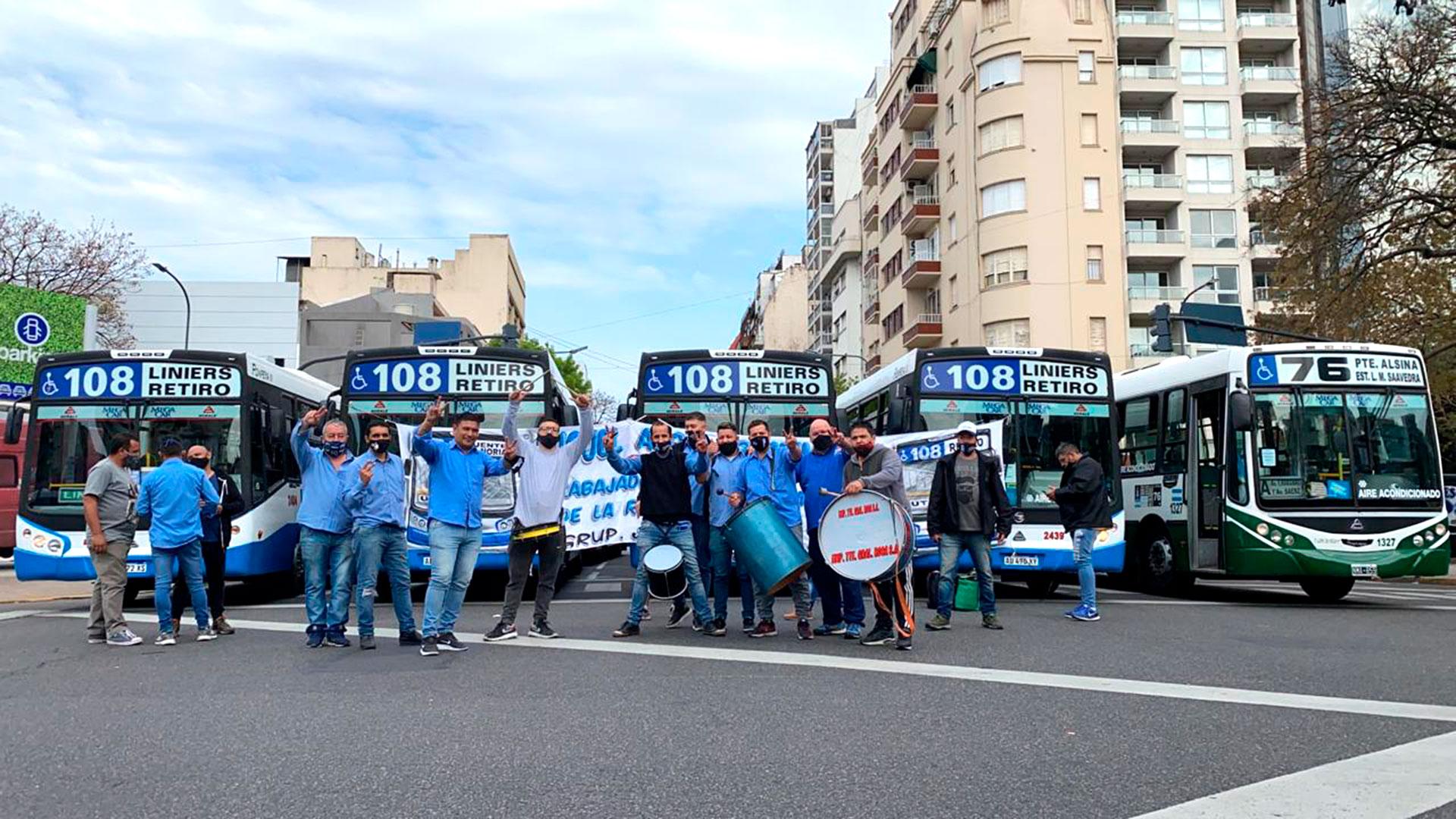 Con bombos y redoblantes, los colectiveros de la Línea 108 participaron de la caravana de la lealtad hacia el Obelisco