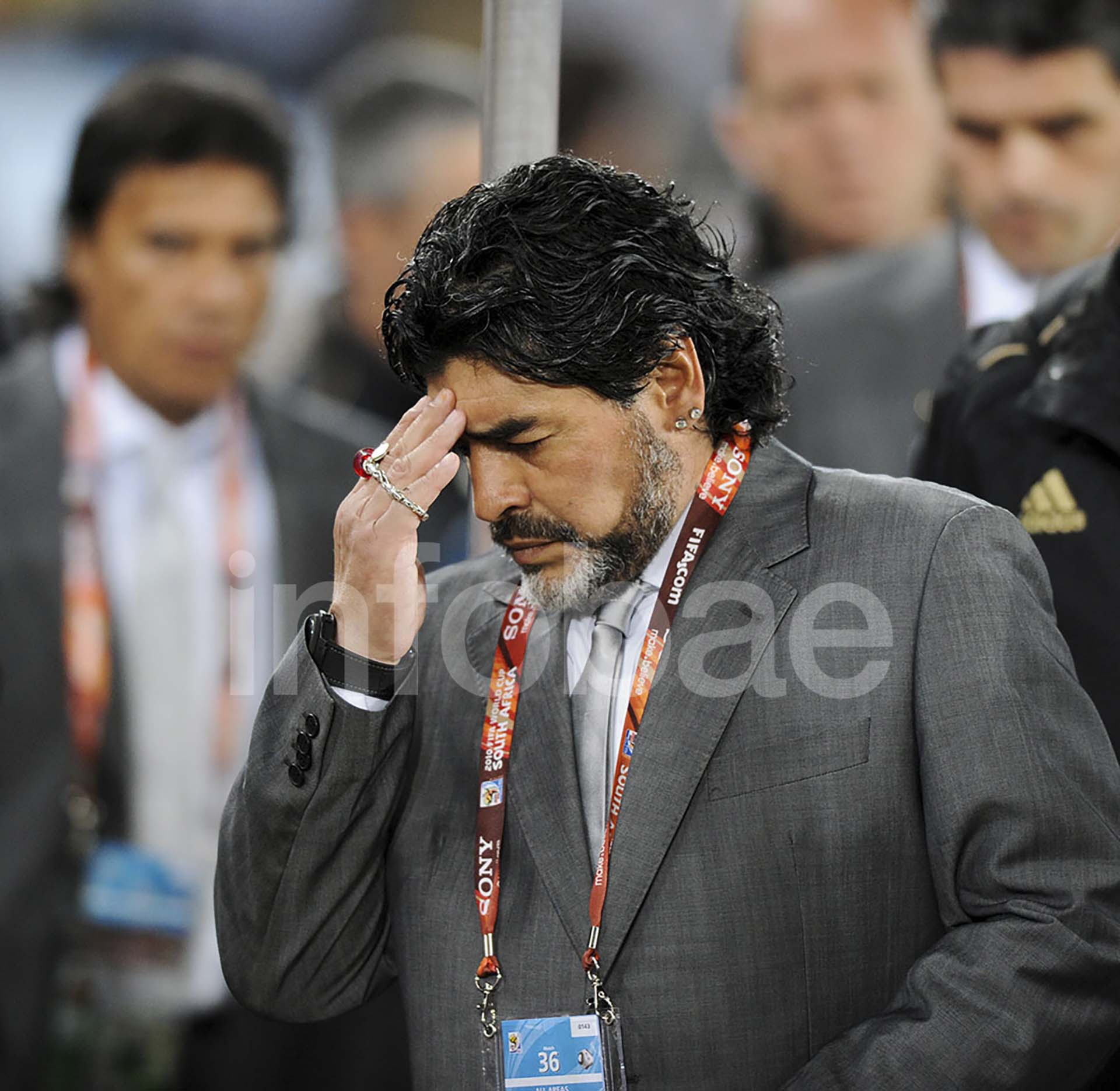 Diego Maradona se lamenta luego de la eliminación de Argentina a manos de Alemania tras sufrir una dura derrota en el 2010