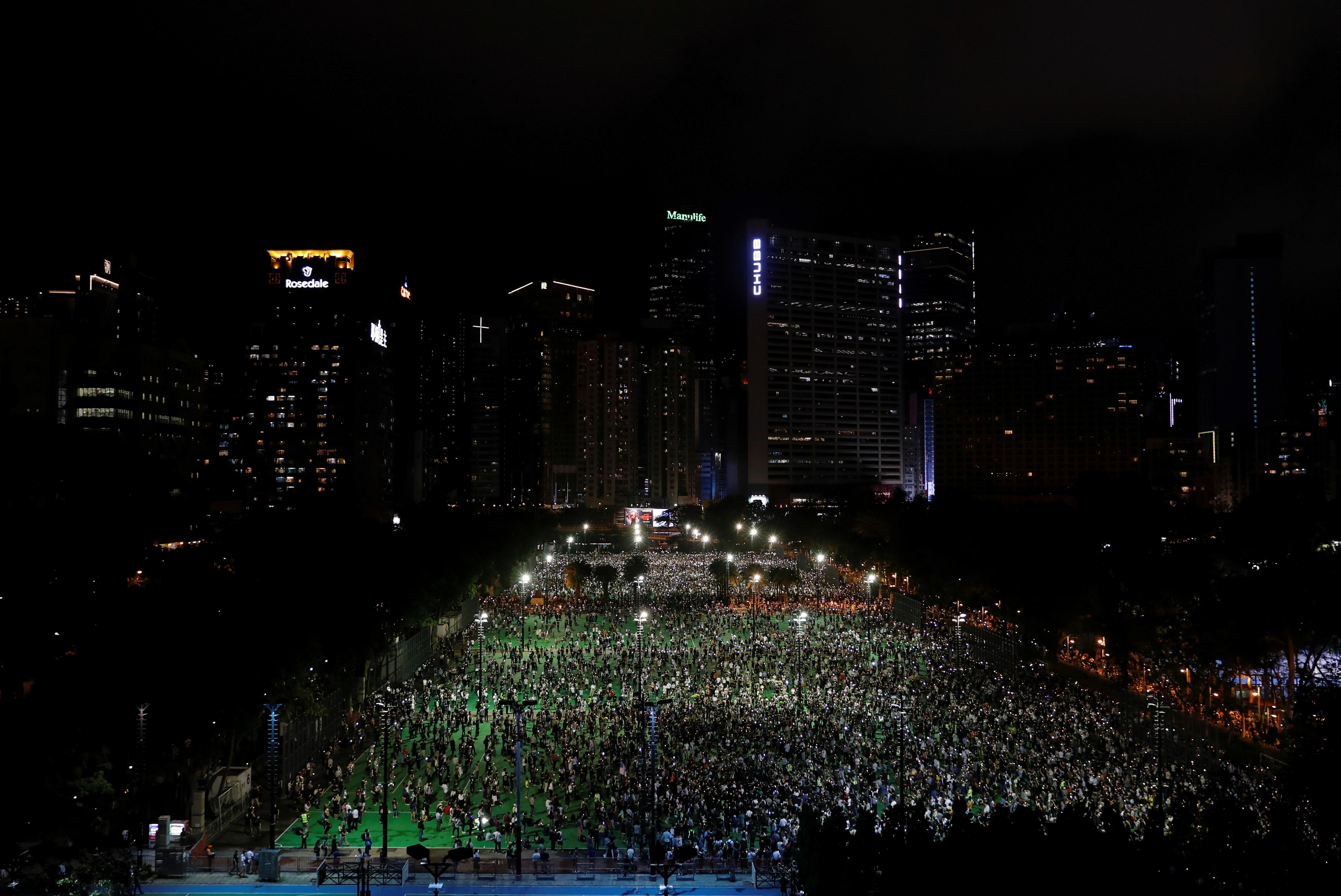 Miles de personas salieron a las calles de Hong Kong para recordar la matanza de Tiananmen de 1989 a manos del régimen chino. Este años la vigilia estaba oficialmente vetada por la Policía. No obstante, las personas decidieron desafiar la medida. El hecho ocurrió el mismo día en que el Parlamento local aprobó una ley que penalizará con hasta tres años de cárcel las injurias al himno chino (REUTERS/Tyrone Siu)