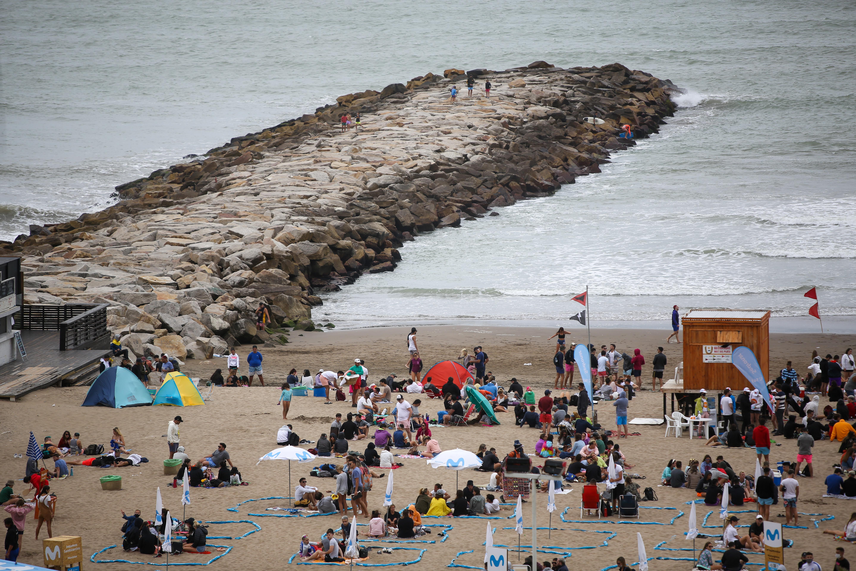 En Mar del Plata, el alquiler de carpa en los balnearios oscila entre los $2.500 y los $4.000. Las sombrillas pueden alquilarse por $1.500 o $3.000 dependiendo el parador y su ubicación