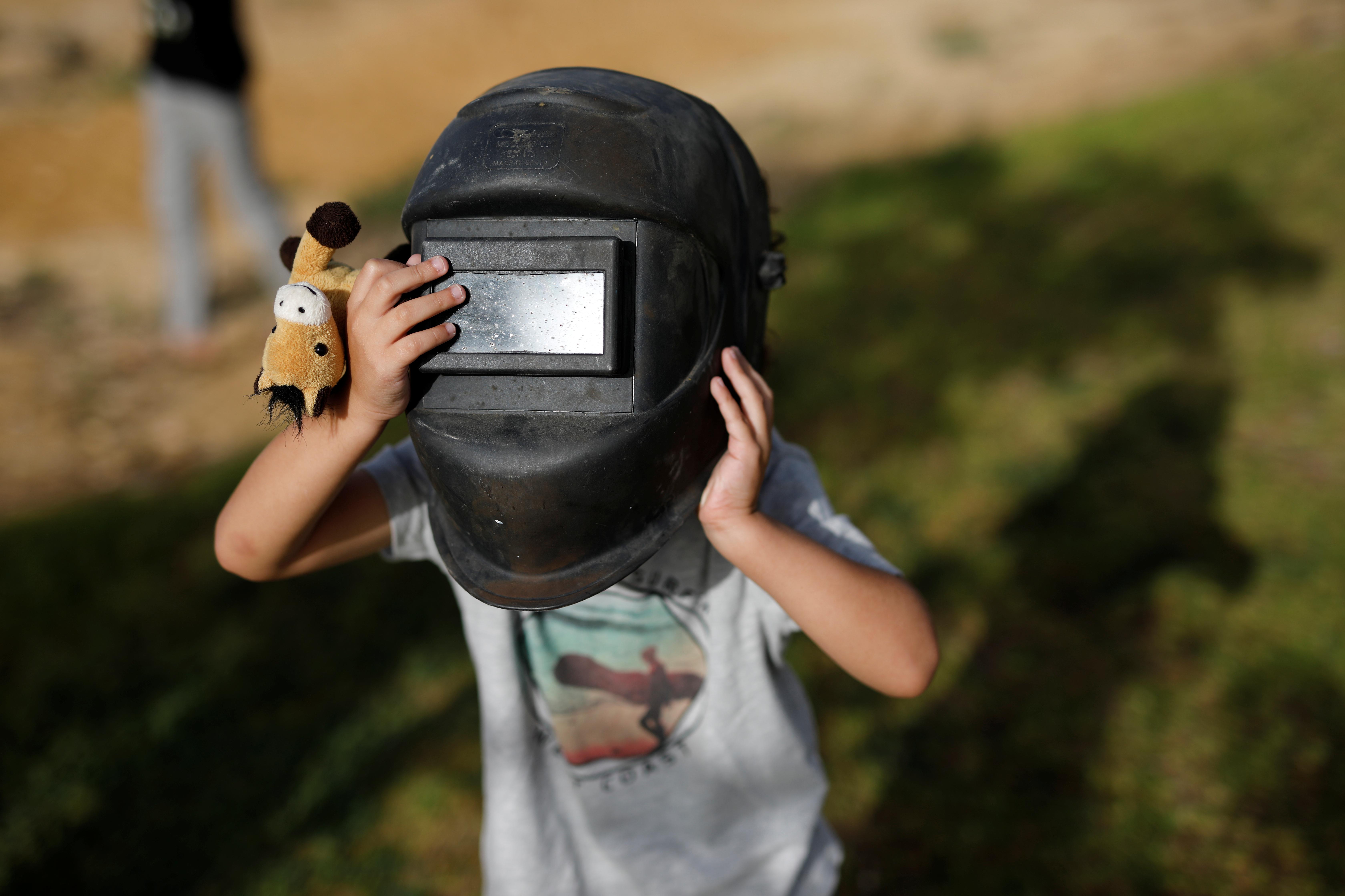 Un niño mira desde un casco